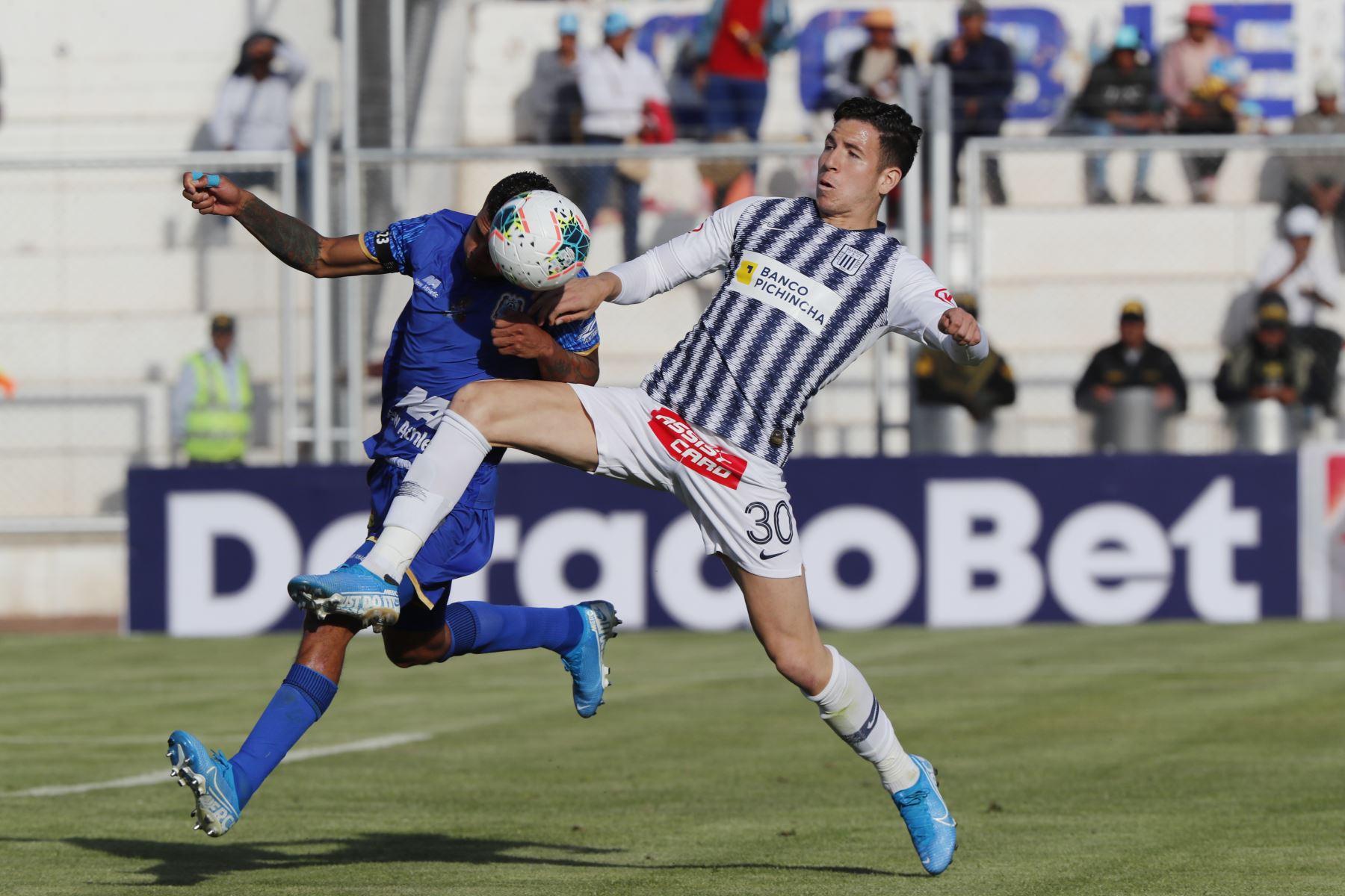 Adrián Ugarriza de Alianza Lima disputa el balón ante el jugador del Binacional en el partido de ida en la final del fútbol peruano por la Liga 1, en la ciudad de Juliaca – Puno. Foto: ANDINA/Carlos Lezama