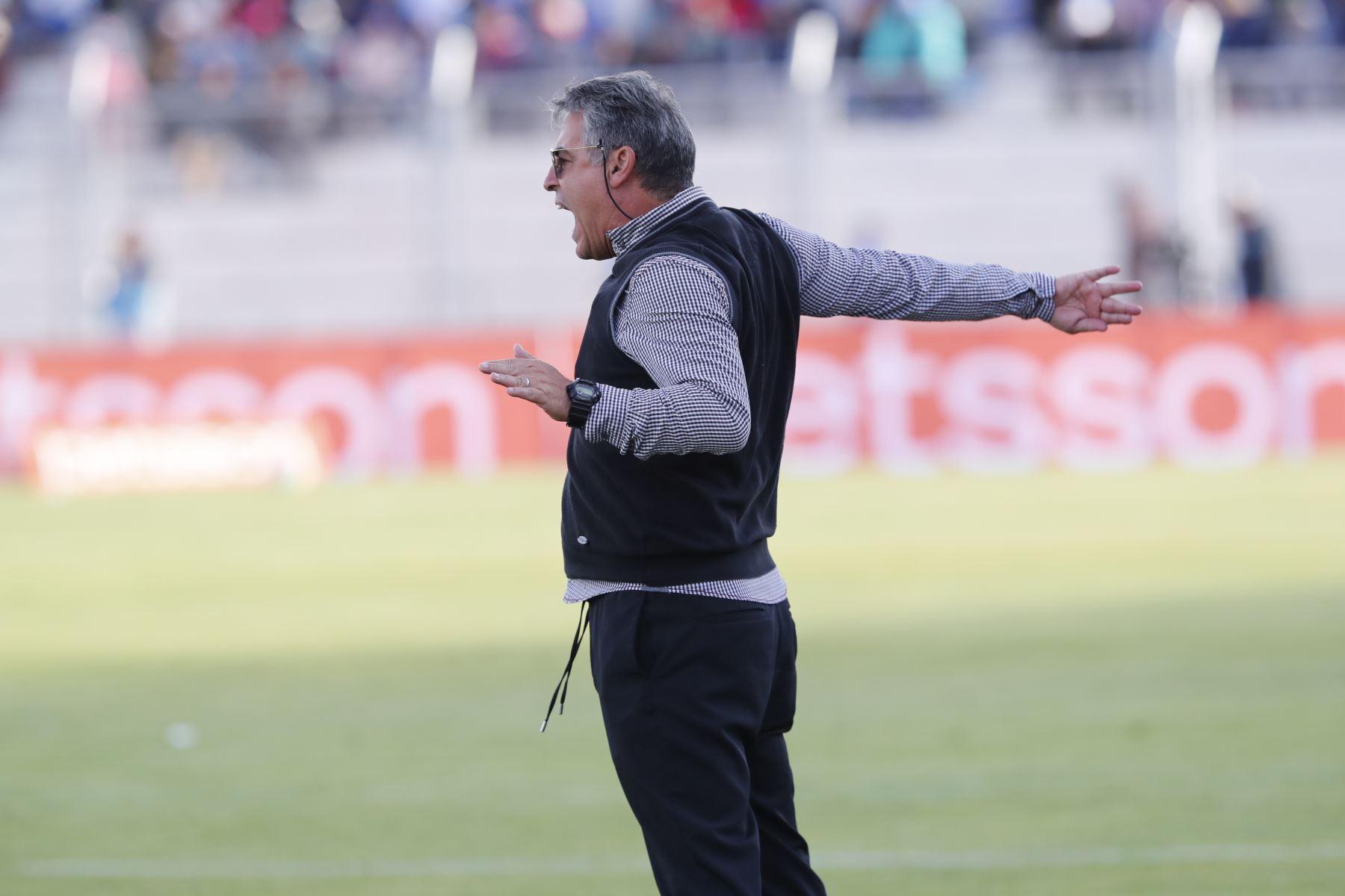 Entrenador de Alianza Lima, Pablo Bengochea grita durante el partido jugado ante Binacional en el partido de ida en la final del fútbol peruano por la Liga 1, en la ciudad de Juliaca – Puno. Foto: ANDINA/Carlos Lezama