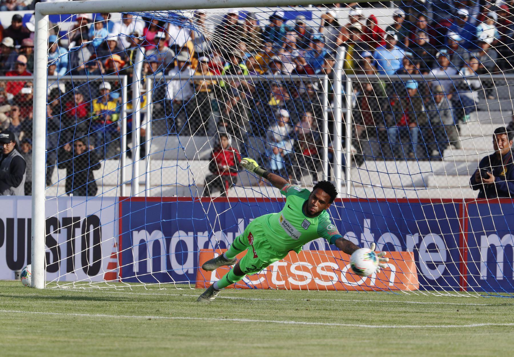 Pedro Gallese de Alianza Lima no puede atajar el penal ejecutado por Binacional en el partido de ida en la final del fútbol peruano por la Liga 1, en la ciudad de Juliaca – Puno. Foto: ANDINA/Carlos Lezama