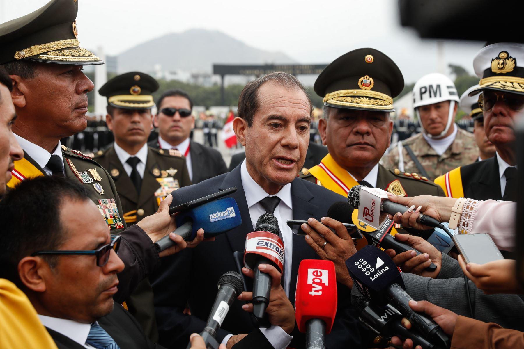 Ministro de Defensa, Walter Martos, participó en ceremonia por el Día del Ejército. Foto: ANDINA/Renato Pajuelo