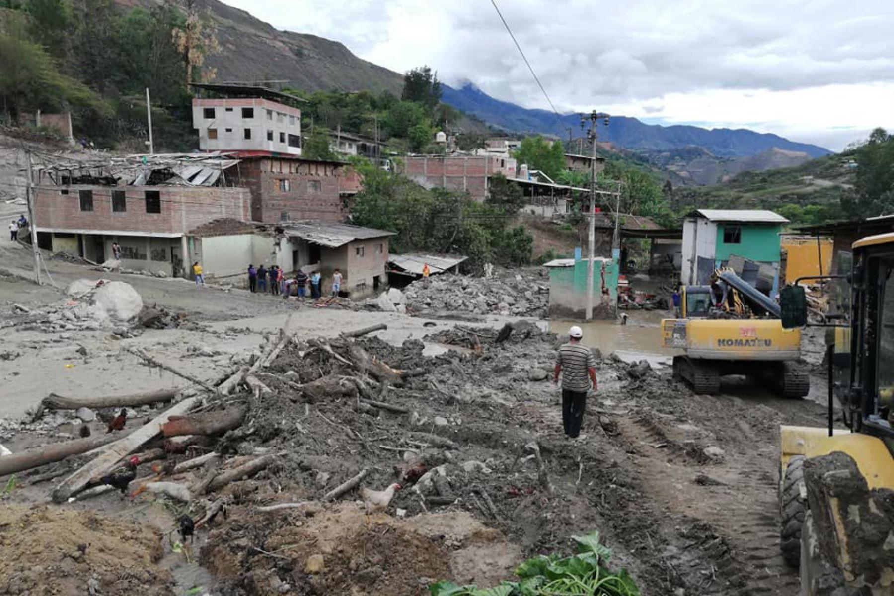 Con apoyo de maquinaria pesada trabajan en la atención de emergencia en Huancabamba, en Piura. INTERNET/Medios