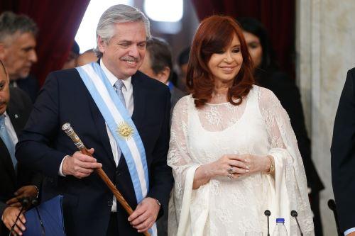 Presidente Alberto Fernández, en un pasaje de la ceremonia oficial de asunción de mando, junto a la vicepresidenta Cristina Fernández. / Foto: EFE