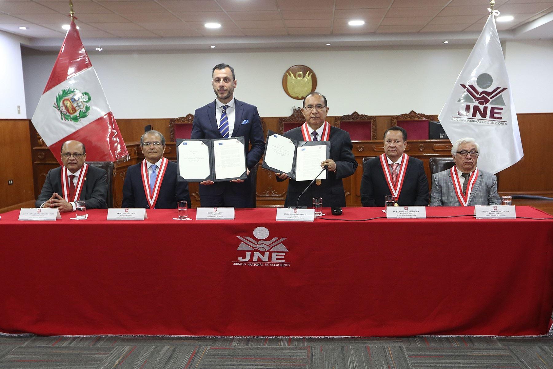 Embajador de la Unión Europea en el Perú, Diego Mellado y titular del Jurado Nacional de Elecciones, Víctor Postigo, tras firmar el acuerdo para la llegada de Misión de Observación Electoral. Foto: Difusión.