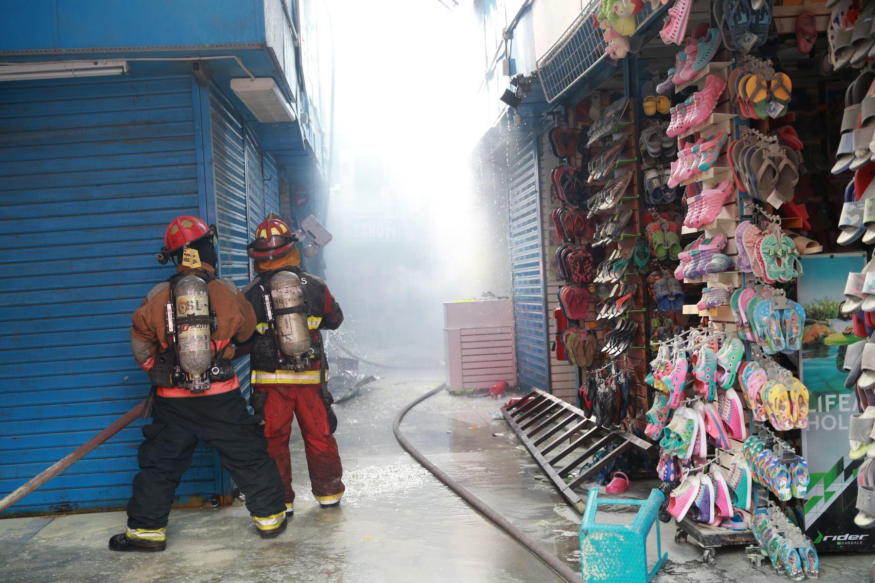 Incendio en Galería Plaza Azul, en el cercado de Lima,movilizo mas de quince unidades de bomberos que lograron controlar el fuego. Foto: ANDINA/Jhony Laurente