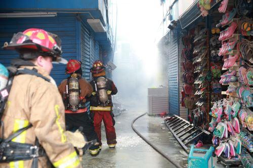 Bomberos  controlaron incendio en Galería Plaza Azul en el cercado de Lima