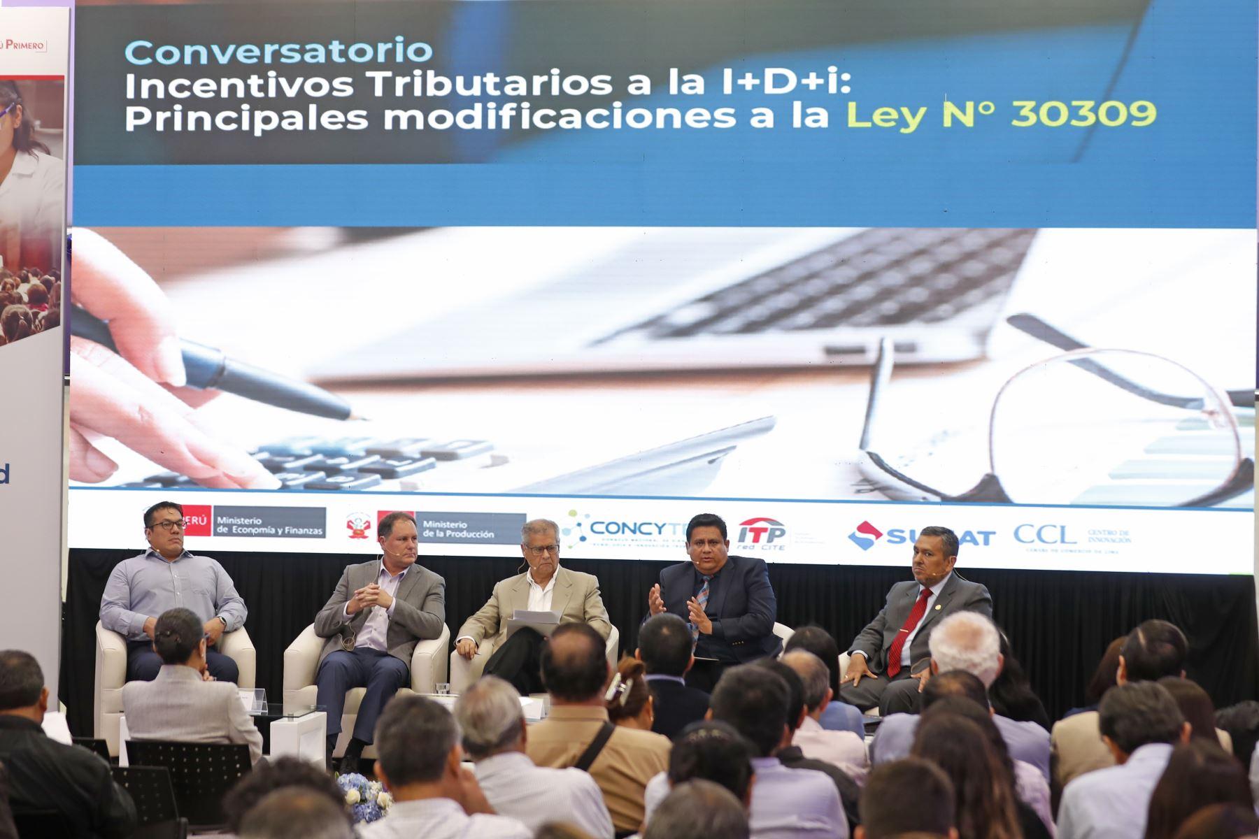 Sergio Rodríguez, director ejecutivo del ITP; Sergio Gamio de Ilender Perú; Henry Harman, director de programas políticas del Concytec; Heinner Guio de Inbiomedic y Domingo Neyra, gerente de Estrategias de la Sunat. Foto: ANDINA/Renato Pajuelo