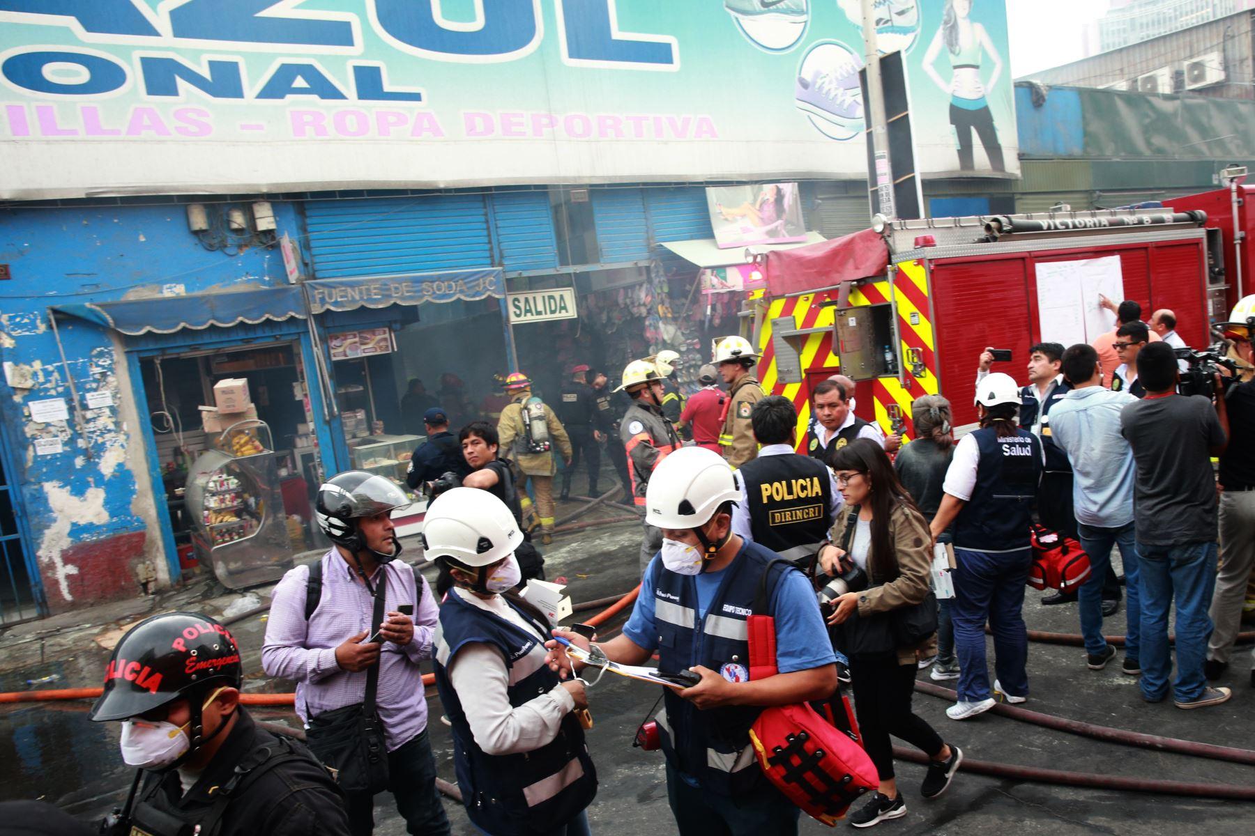 Paramedicos del SAMU, registran  estado de salud, de los afectados  durante el  incendio en Galería Plaza Azul, en el cercado de Lima,movilizo mas de quince unidades de bomberos que lograron controlar el fuego. Foto: ANDINA/Jhony Laurente