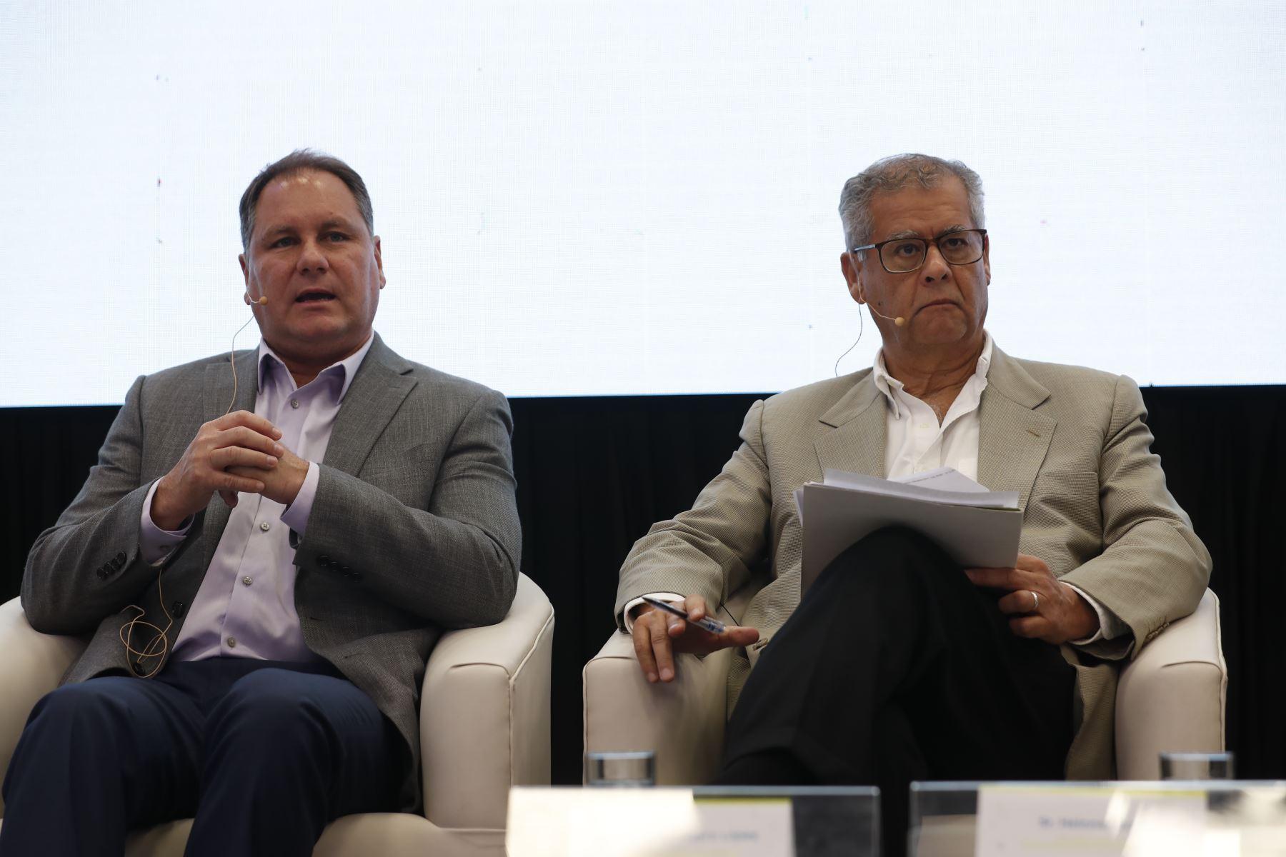 Sergio Gamio, CEO de Ilender Perú junto a Henry Harman Guerra, director de Programas y Políticas del Concytec. Foto: ANDINA/Renato Pajuelo