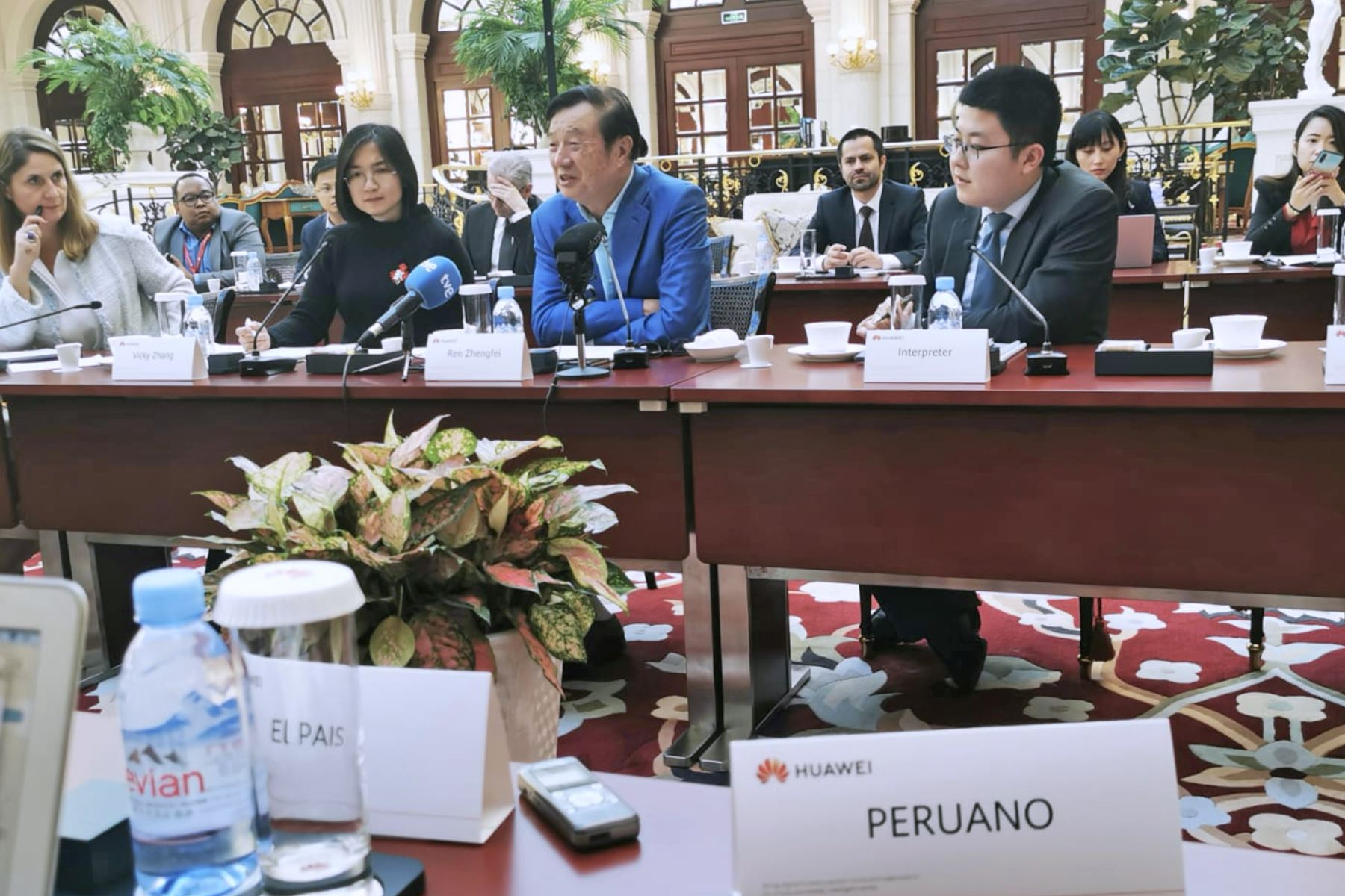 Conferencia de prensa  del fundador y CEO del gigante multinacional Huawei, Ren Zhengfei en Shenzhen, China. Foto: ANDINA/ Rodolfo Espinal