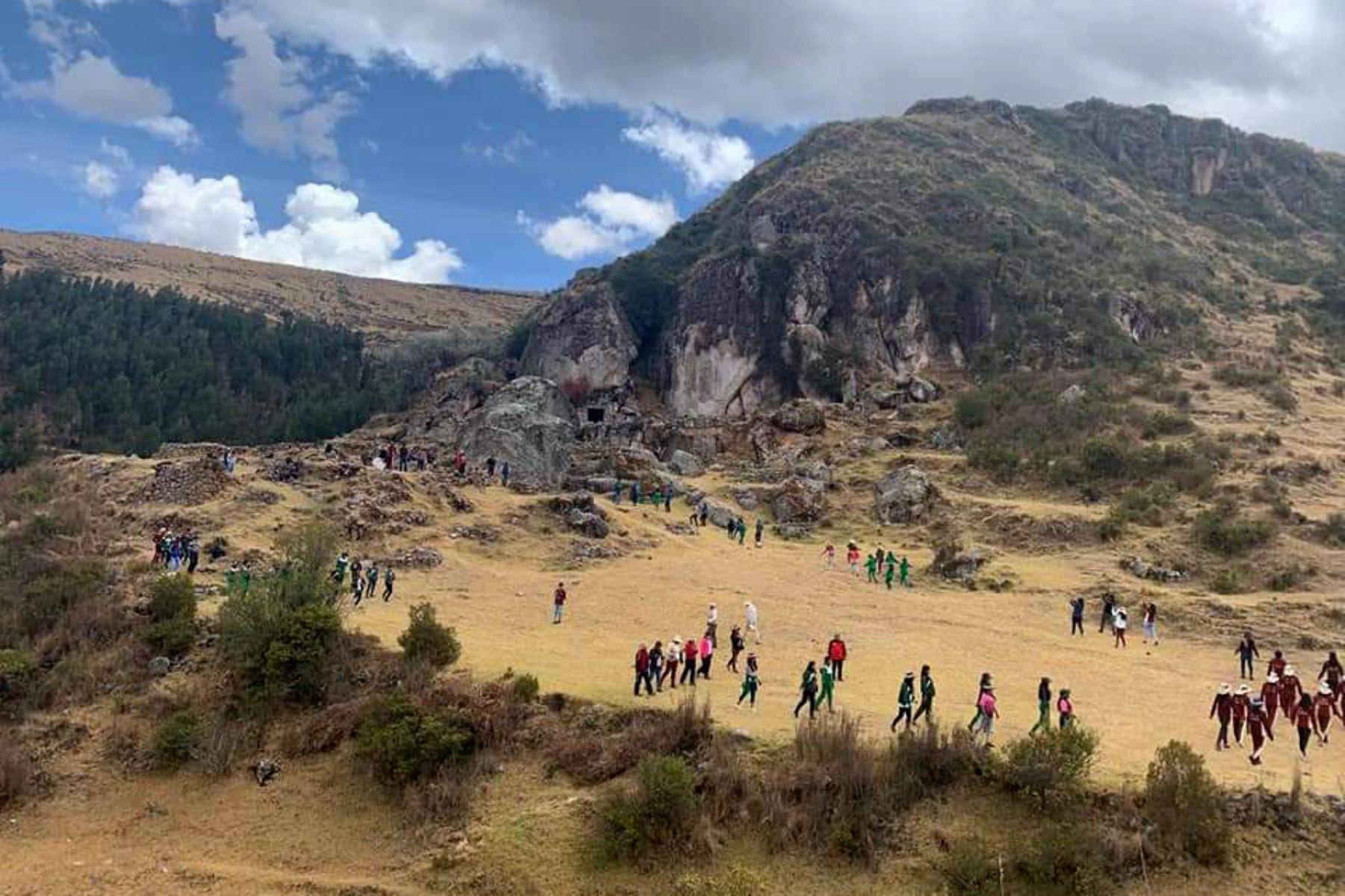 Una gran piedra que cuenta con 20 ángulos se ubica en la base de la portada de un muro Inca del centro arqueológico de Qollmay, situado en el distrito cusqueño de Chinchapucyo, provincia de Anta. Foto: ANDINA/Difusión