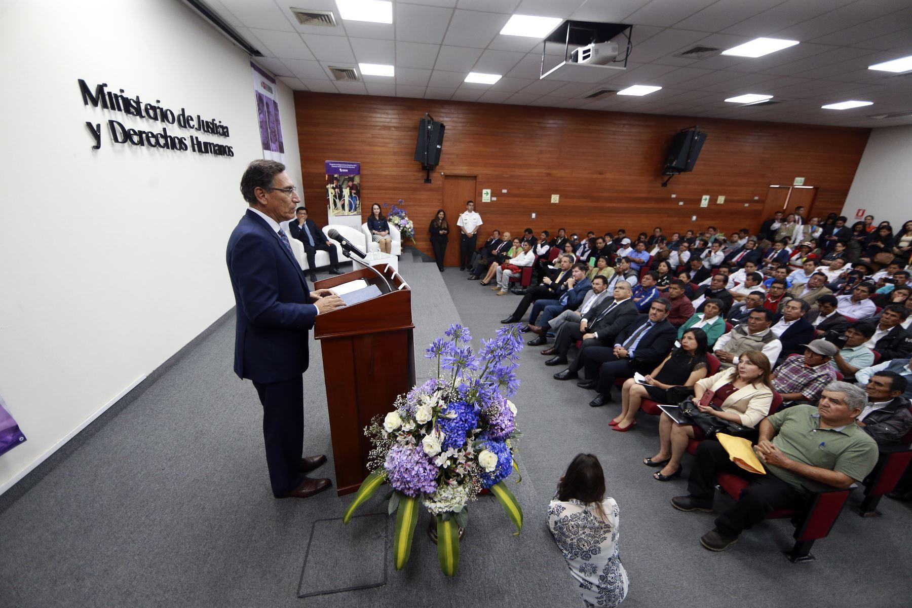 El presidente de la República, Martín Vizcarra, asistió a la ceremonia de reconocimiento de las comunidades y colectivos afectados por el periodo de violencia 1980 - 2000. Foto: ANDINA/Prensa Presidencia