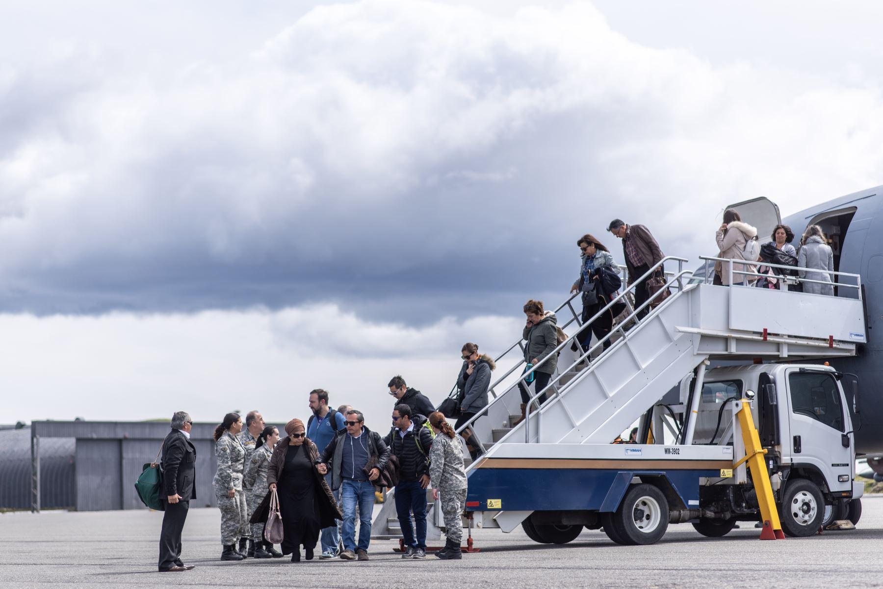 Familiares de personas a bordo del avión de carga Hércules C-130 de la Fuerza Aérea de Chile que desapareció en el mar entre el extremo sur de América del Sur y la Antártida, llegan a la base del ejército Chabunco en Punta Arenas, Chile. Foto: AFP