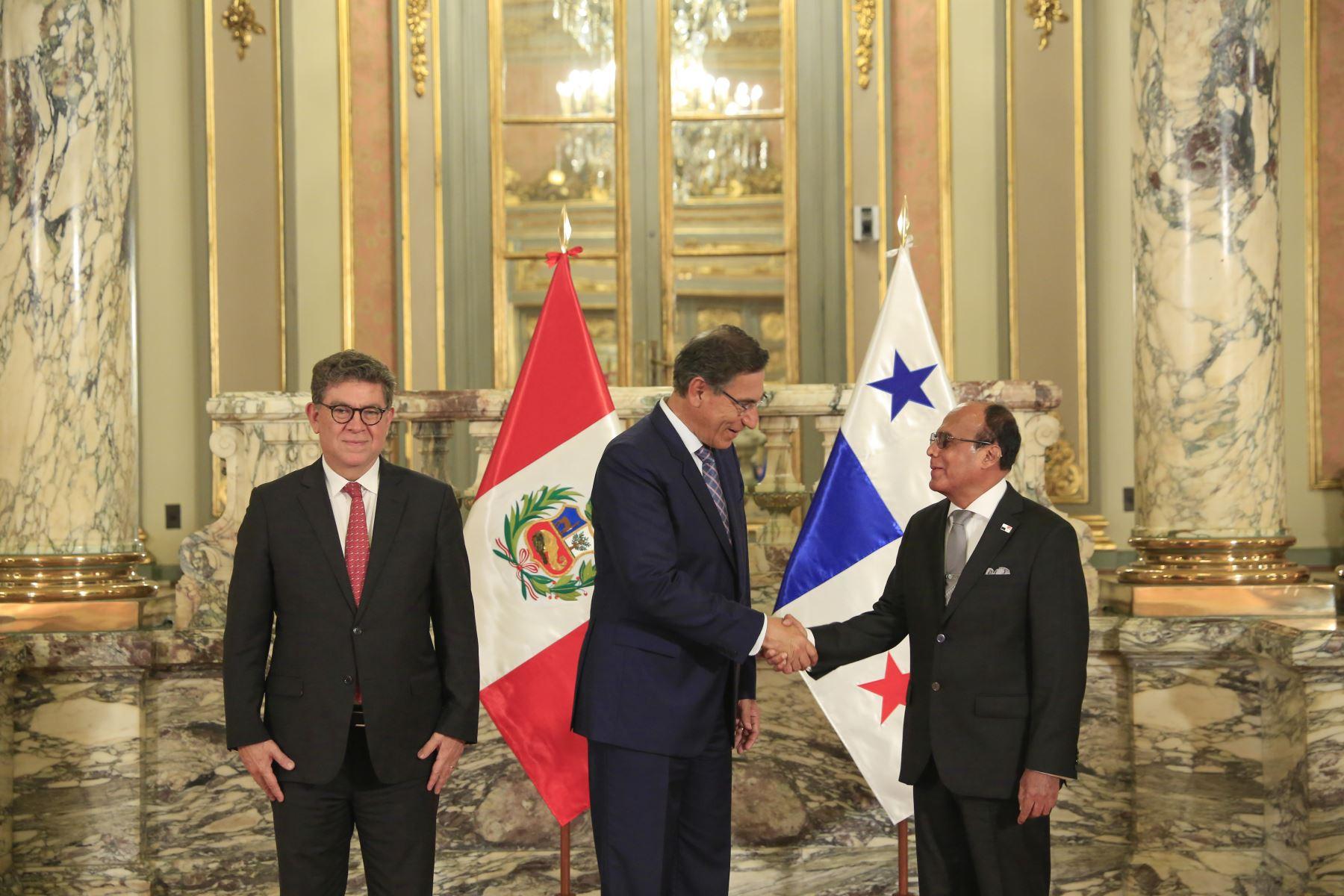 Presidente  Martin Vizcarra recibe carta credencial de nuevo embajador de Panamá,Jaime Serrano. Foto: ANDINA/Prensa Presidencia