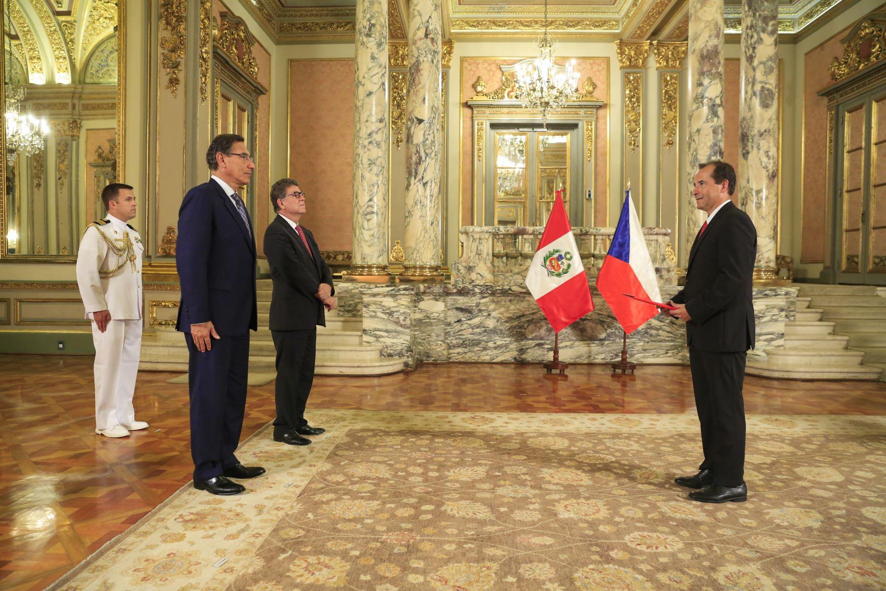 Presidente  Martin Vizcarra recibe carta credencial de nuevo embajador de República Checa, Michal Sedláèek. Foto: ANDINA/Prensa Presidenc