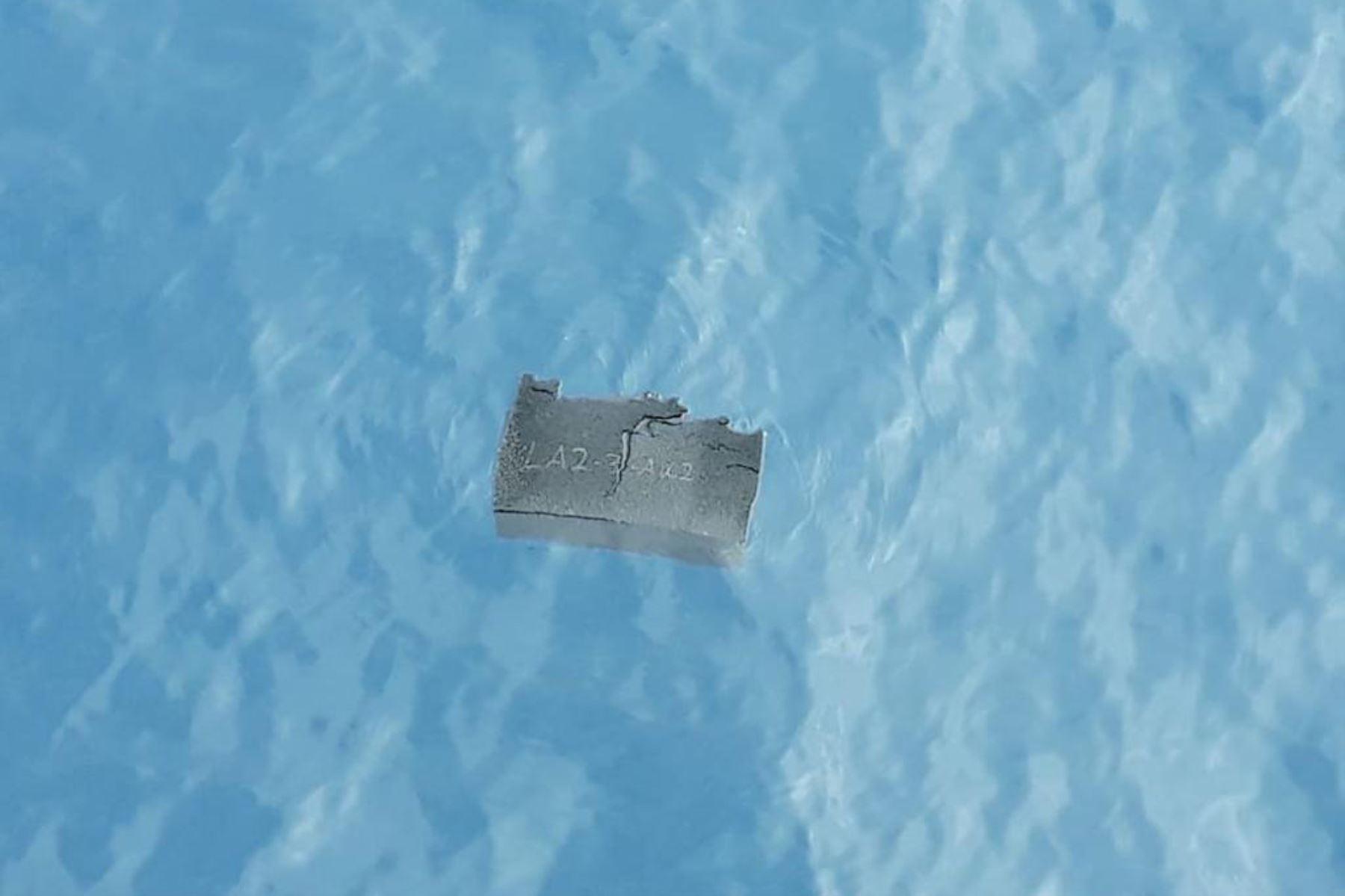 Fuerza Aérea de Chile  muestra parte de un tanque de combustible, supuestamente del avión de carga Hércules C-130 de la Fuerza Aérea de Chile que desapareció en el mar con 38 personas a bordo, encontrado en el Pasaje Drake, cerca de Chile. Foto: AFP
