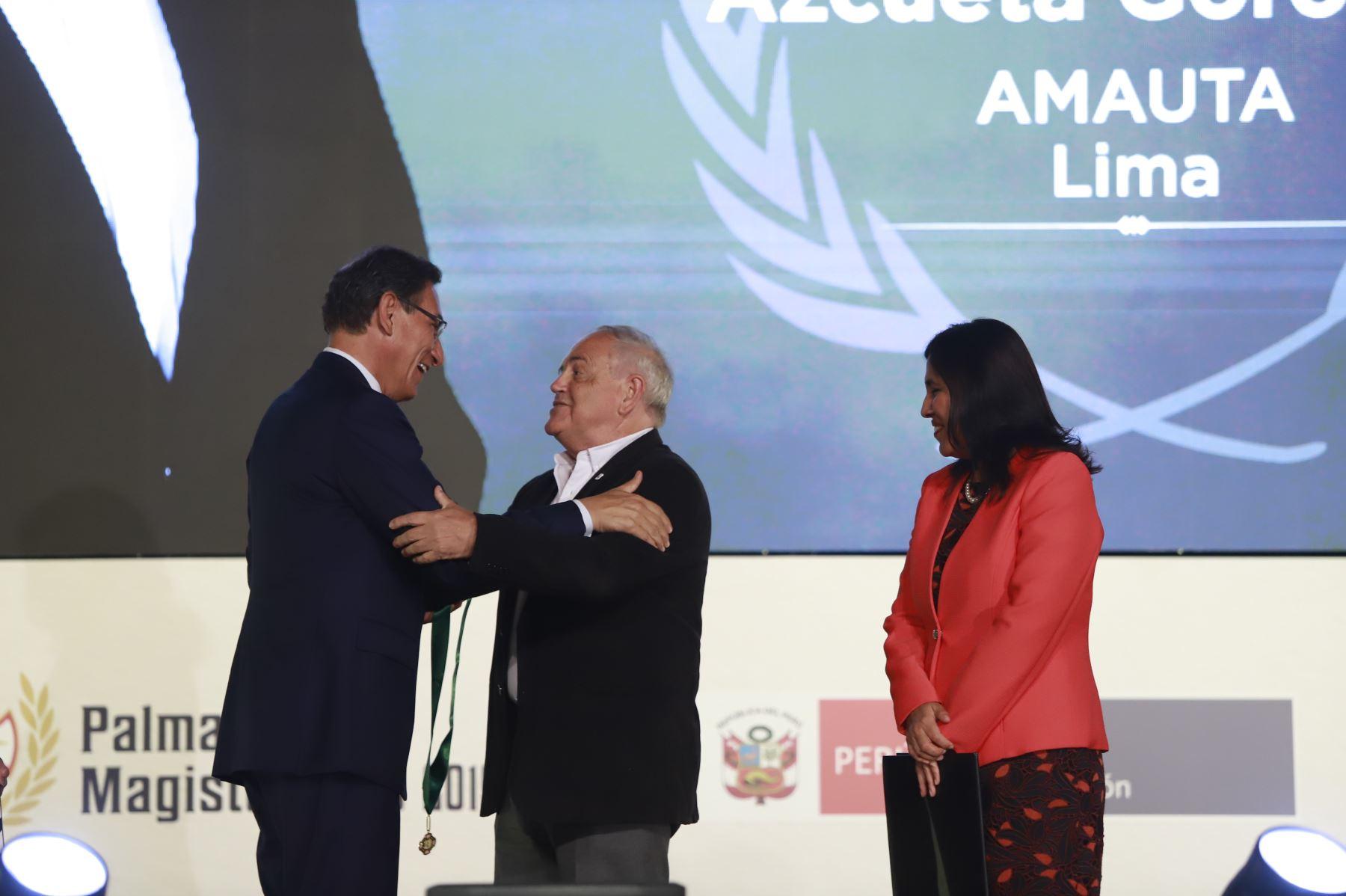 Presidente Martín Vizcarra reconoce a educador Michel Azcueta con las Palmas Magisteriales 2019 por su destacada contribución extraordinaria a la educación y desarrollo del país.  Foto: ANDINA/Prensa Presidencia