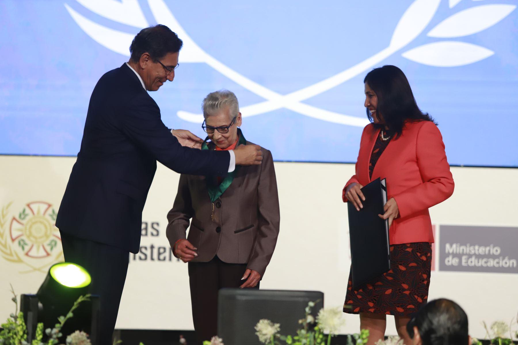 Presidente Martín Vizcarra reconoce a educadora Violeta Ardiles Poma con las Palmas Magisteriales 2019 por su destacada contribución extraordinaria a la educación y desarrollo del país.  Foto: ANDINA/Prensa Presidencia