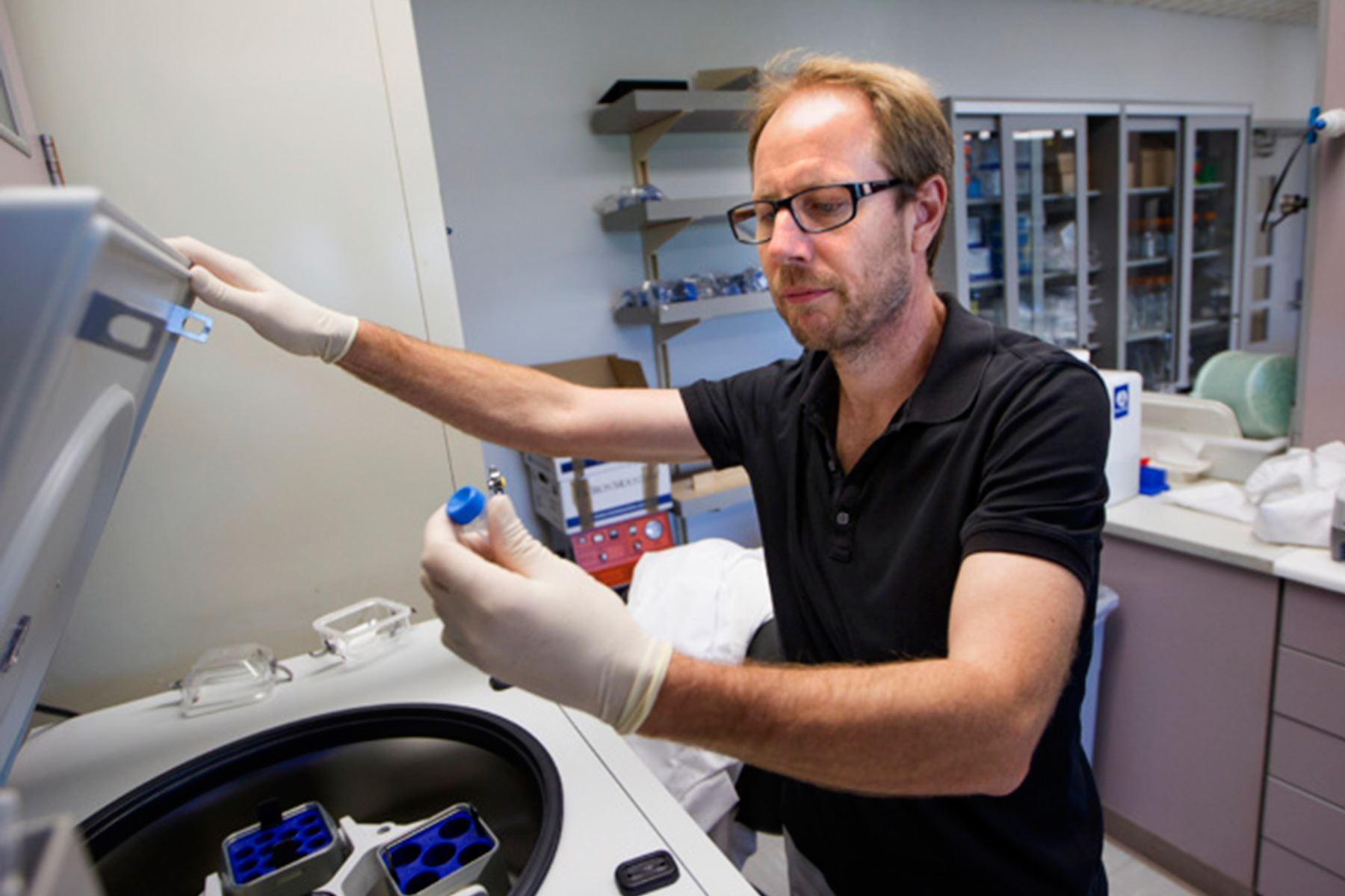 Tony Wyss-Coray, autor principal del estudio, que descubrió que los niveles de proteínas en la sangre pueden predecir la edad de una persona. Foto: Norbert von der Groeben / Stanford Medicine.