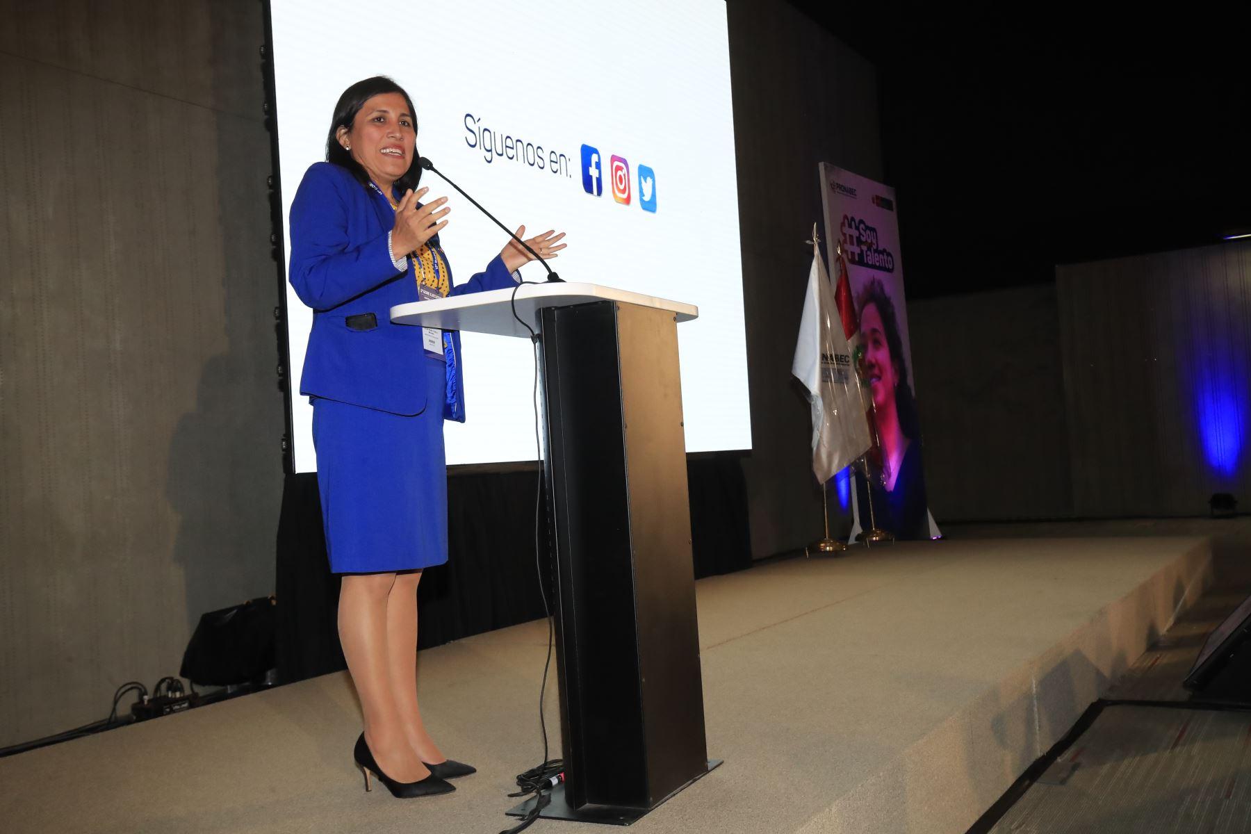 La Ministra de Educación Flor Pablo clausuró la ceremonia donde se reconoció a 280 jóvenes talentos que acaban de concluir sus estudios de Educación  Foto: Andina/Juan Carlos Guzmán Negrini