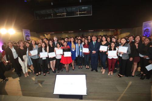 Reconocimiento de Pronabec a 280 jóvenes tras concluir sus estudios de Educación