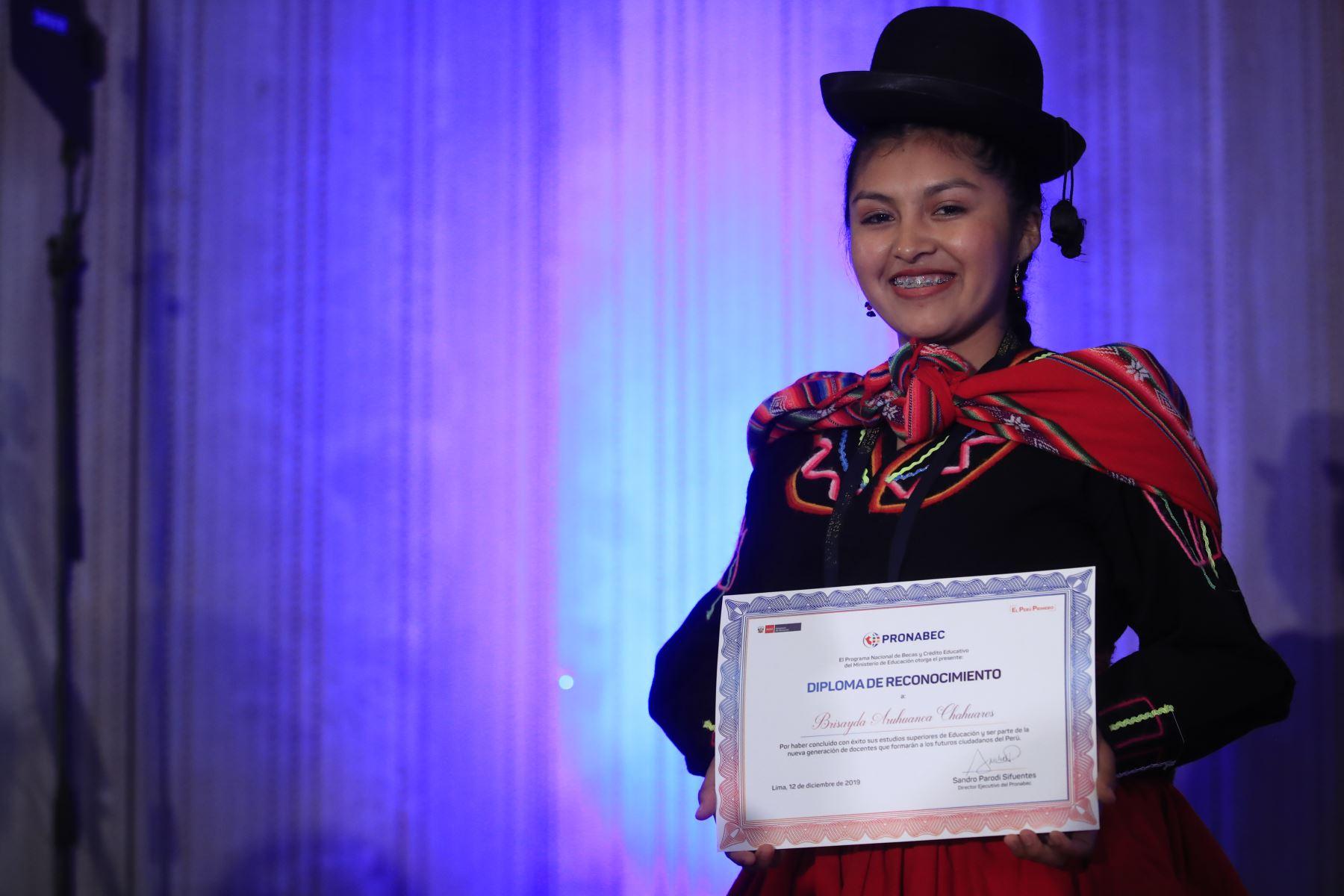 Brisayda Aruhuanca, egresada reconocida por Pronabec tras concluir sus estudios de Educación  Foto: Andina/Juan Carlos Guzmán Negrini