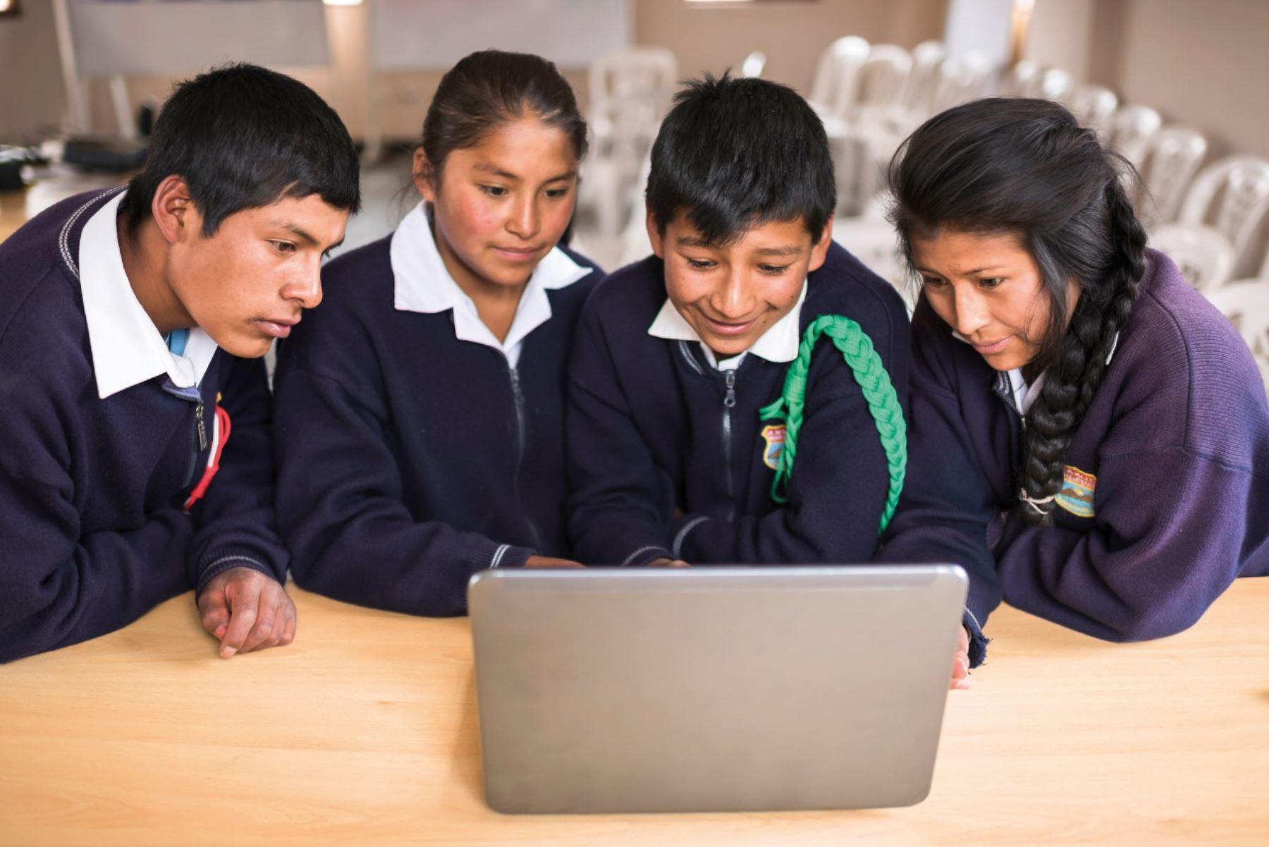 Usuarios de los tambos de Urinsaya y Churo, en la región Cusco, accederán a los programas Windows y Office de Microsoft en la versión quechua.