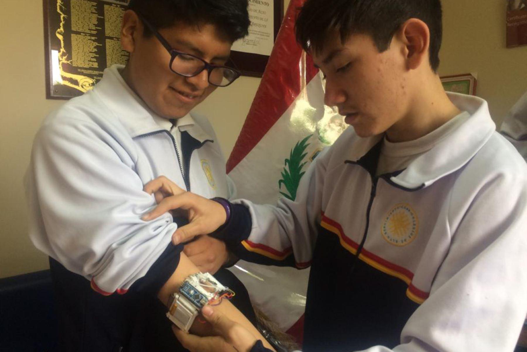 Estudiantes del Coar Arequipa inventaron un medidor de pulso cardiaco, que podría ayudar a reducir accidentes de tránsito en las carreteras.