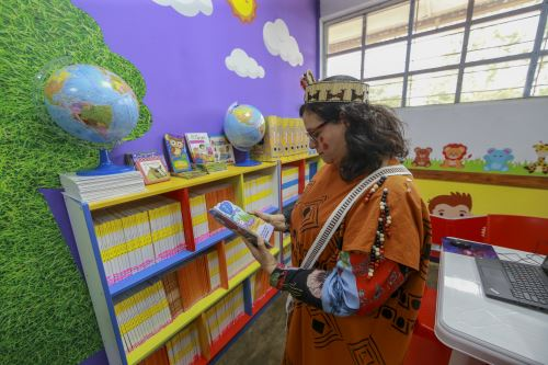 Primera Dama gestionó entrega de bibliotecas a I.E en comunidad nativa en Mazamari