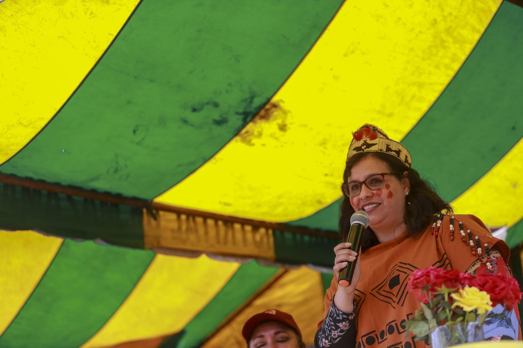 Primera Dama, Maribel Díaz gestionó entrega de bibliotecas a institución educativa en comunidad nativa en Mazamari. Foto: ANDINA/ Prensa Presidencia
