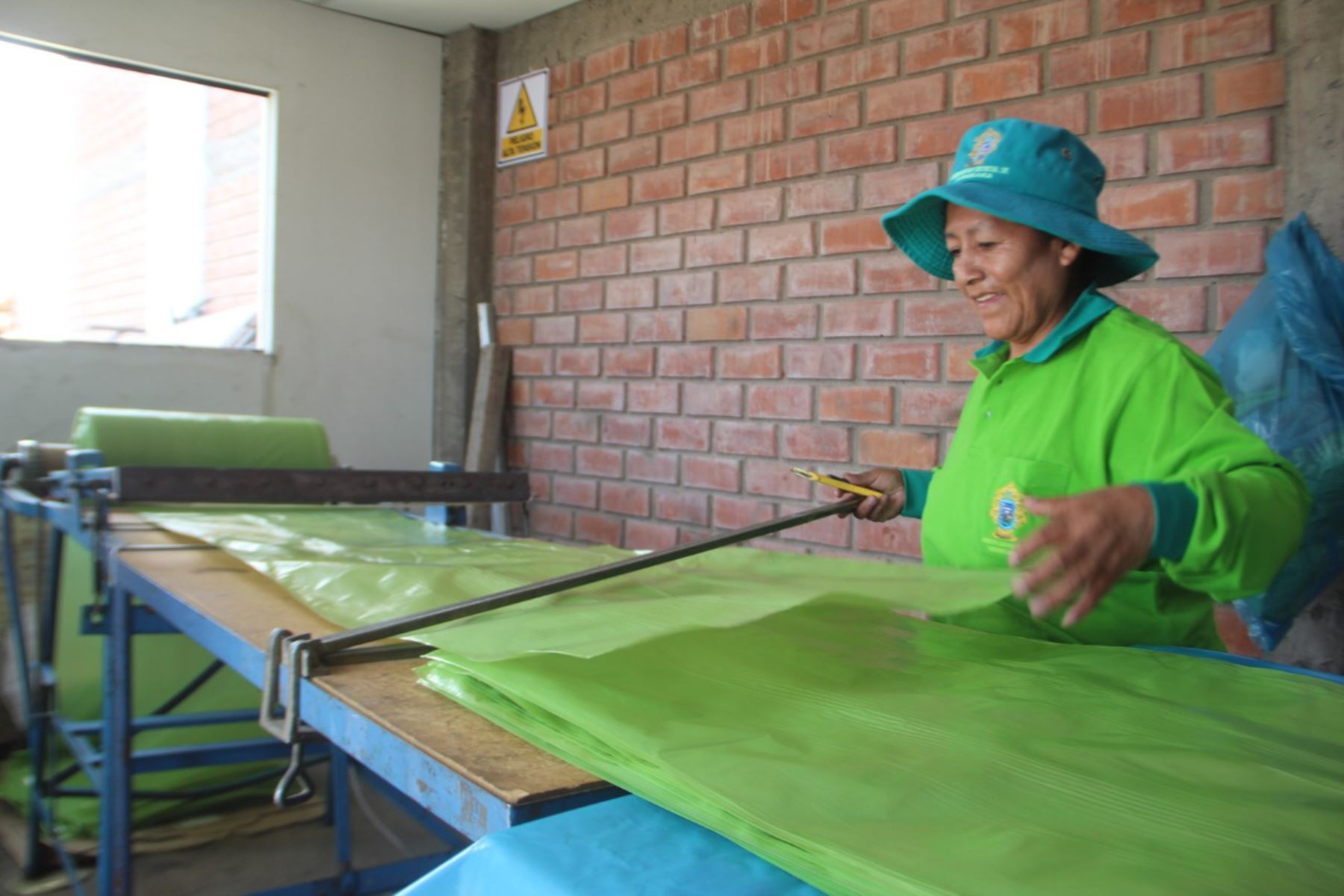 En el distrito de Yanahuara, región Arequipa, funciona la única planta de reciclaje del país que reutiliza el plástico para producir bolsas de plástico.