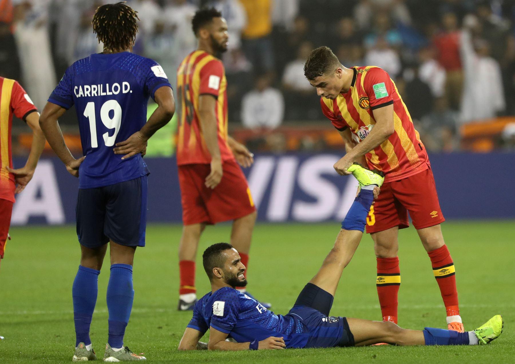 El defensor de Esperance, Ilyes Chetti (R), estira el pie del defensor de Hilal Mohammed al-Breik (parte inferior) durante el partido de fútbol de cuartos de final de la Copa Mundial de Clubes de la FIFA 2019 entre Hilal y Esperance de Tunis. Foto: AFP