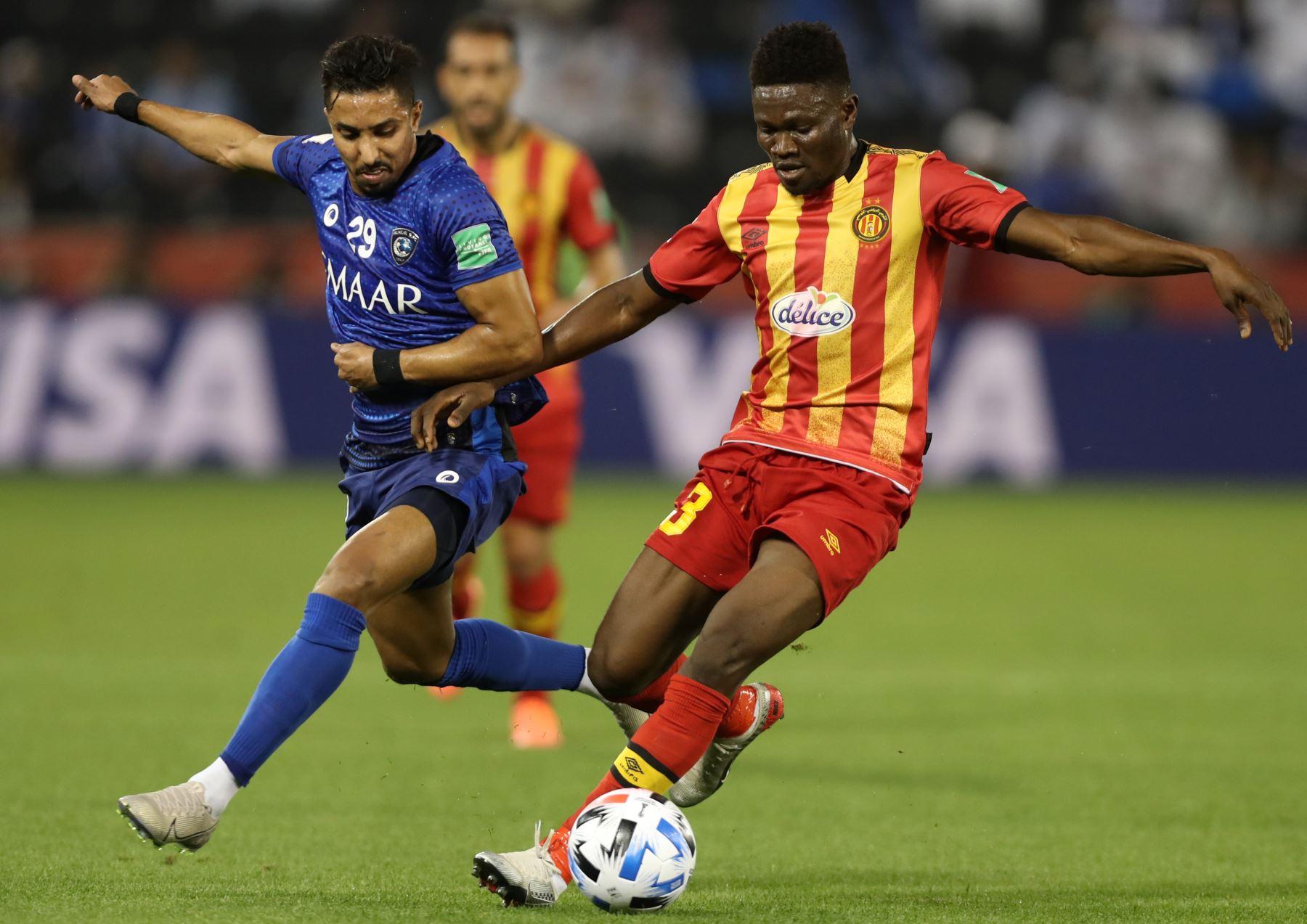 El centrocampista de Hilal Salem al-Dawsari (L) compite por el balón contra el centrocampista de Esperance Kwame Bonsu (R) durante el partido de fútbol de cuartos de final de la Copa Mundial de Clubes de la FIFA 2019 entre Hilal y Esperance de Tunis. Foto: AFP