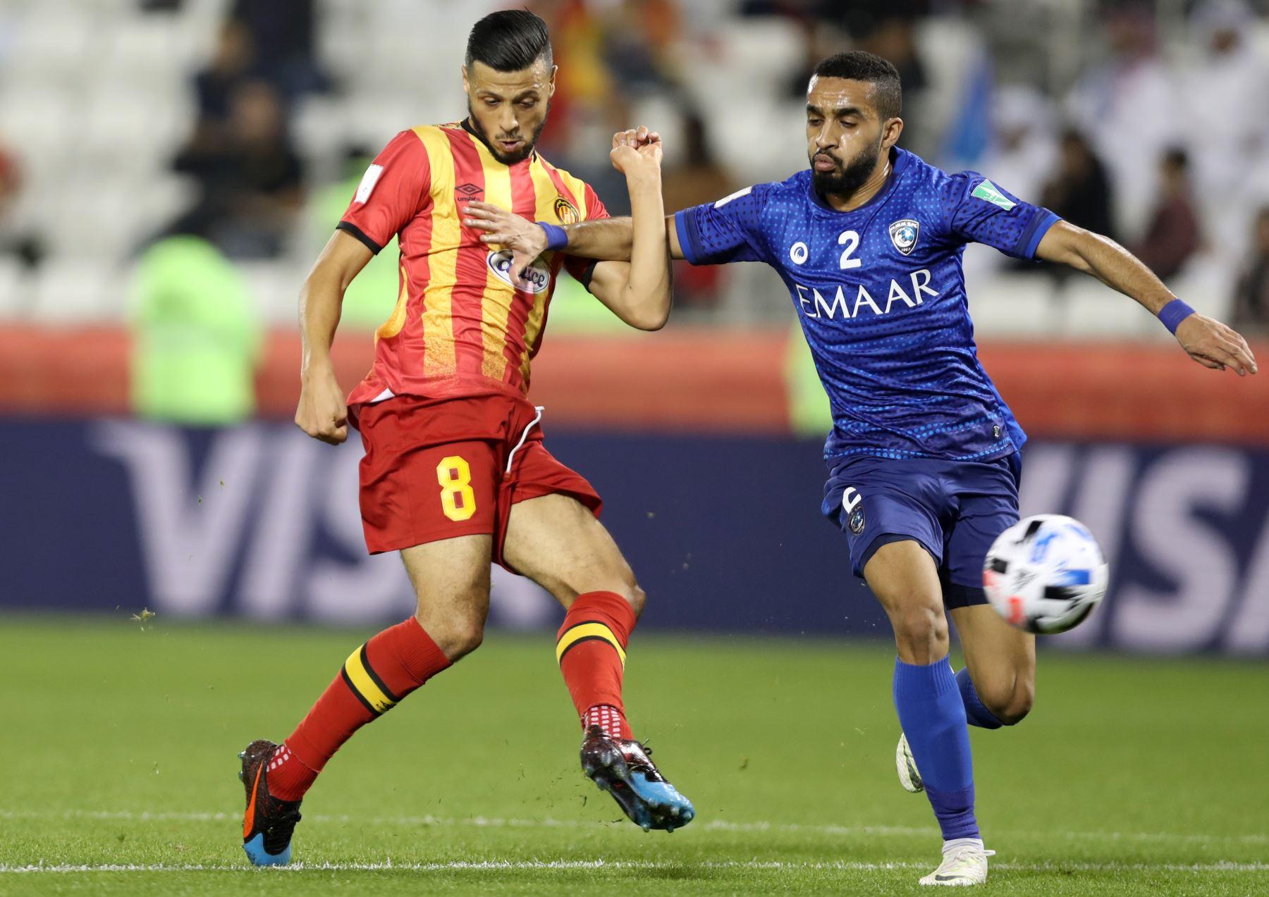 El delantero de Esperance, Anice Badri (L) compite por el balón contra el defensor de Hilal, Mohammed al-Breik (R) durante el partido de fútbol de cuartos de final de la Copa Mundial de Clubes de la FIFA 2019 entre Hilal y Esperance de Tunis. Foto: AFP