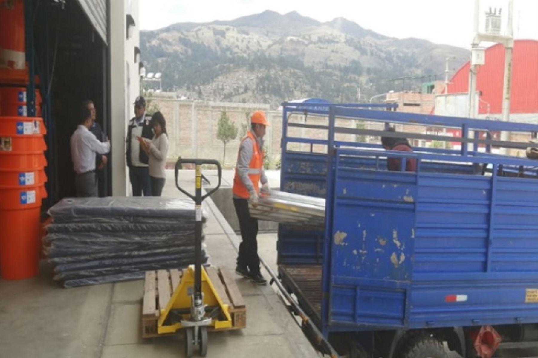 La ayuda humanitaria partió del almacén de avanzada del Gobierno Regional de Áncash y consistió en camas plegables, colchones, frazadas, bobinas de plástico, implementos de cocina y menaje.
