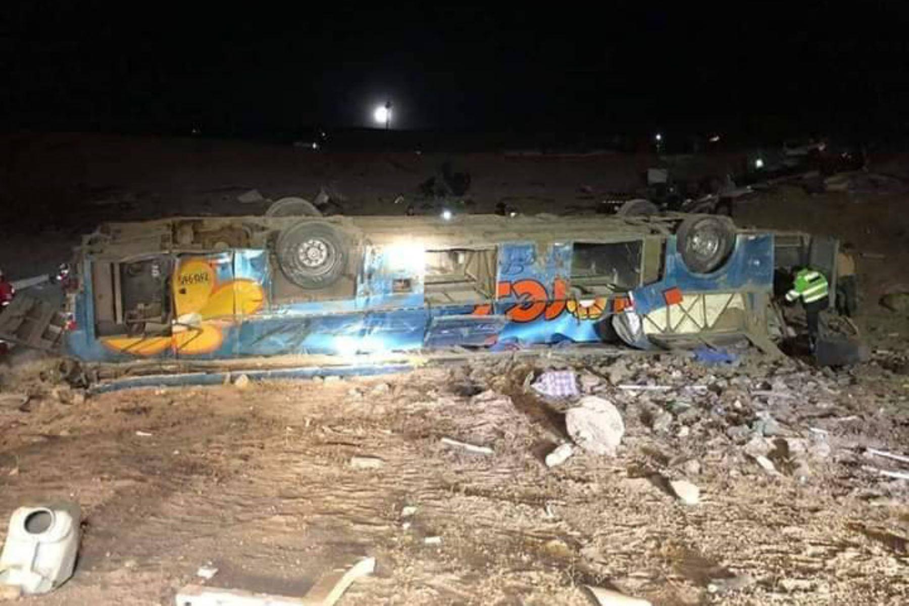 Así quedó el ómnibus de la empresa Flores Hermanos de placa Z6U-965 que cayó a un abismo en la provincia de Camaná, región Arequipa.