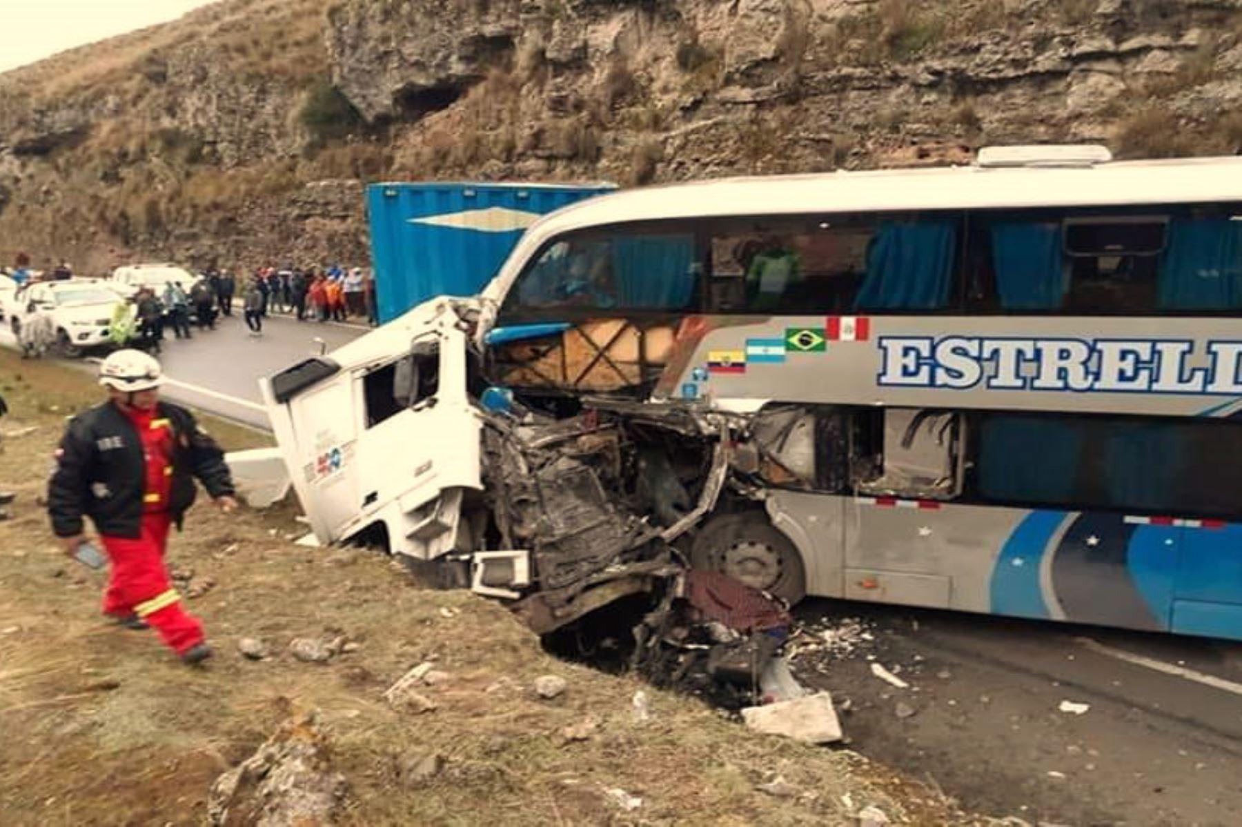 Un ómnibus interprovincial colisionó hoy contra un semitráiler en el kilómetro 31+400 del tramo Pasco-La Oroya de la carretera Central.