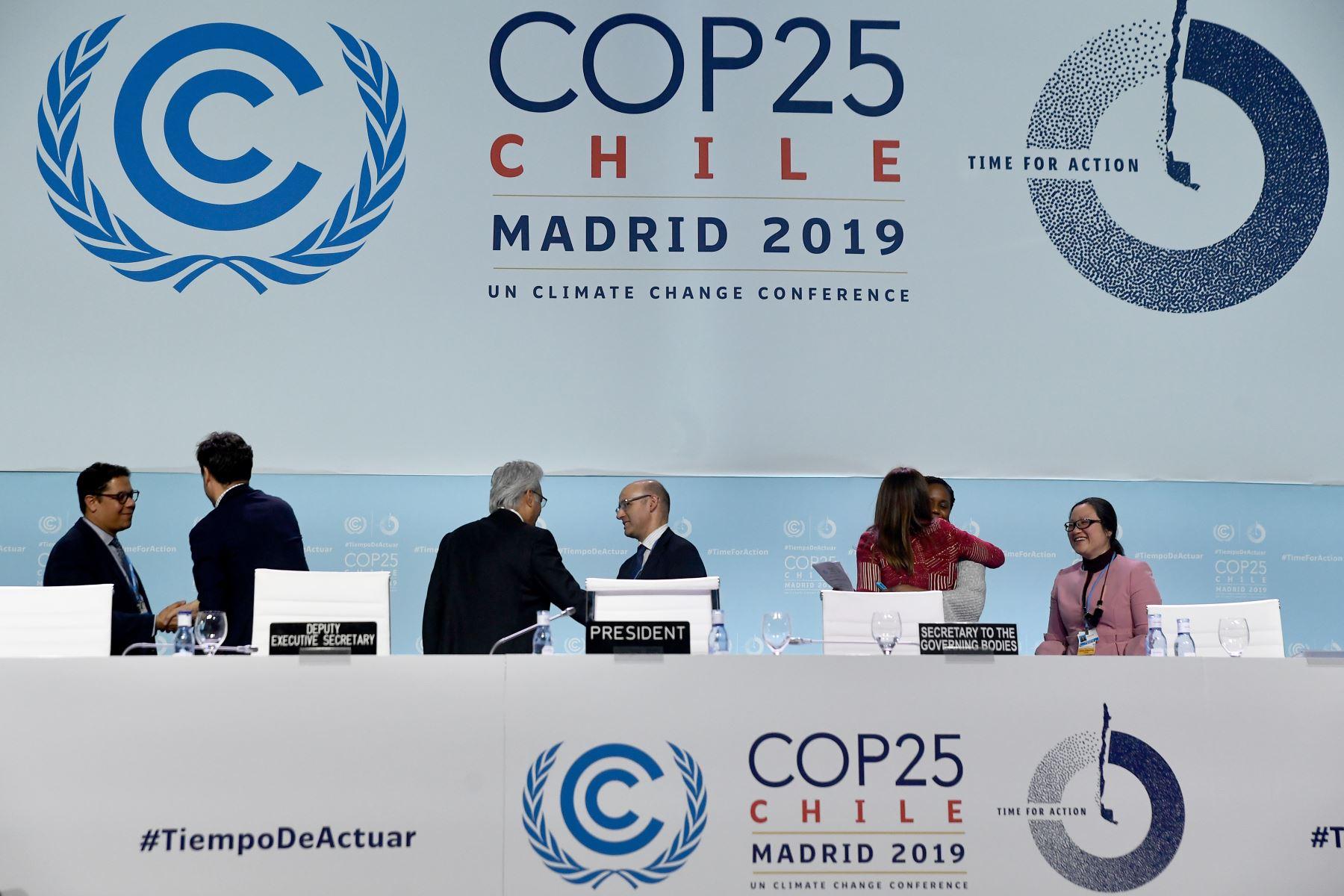 Los delegados se van después de la sesión plenaria de clausura de la Conferencia de las Naciones Unidas sobre el Cambio Climático COP25 en el centro de exposiciones