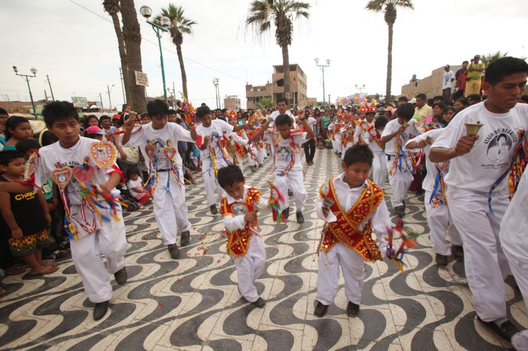El Hatajo de Negritos fue declarada Patrimonio Cultural de la Nación el 7 de junio de 2012 y es una expresión musical y de danza interpretada exclusivamente por varones, como parte de las celebraciones por la Navidad, con especial incidencia en la provincia iqueña de Chincha. ANDINA/Difusión