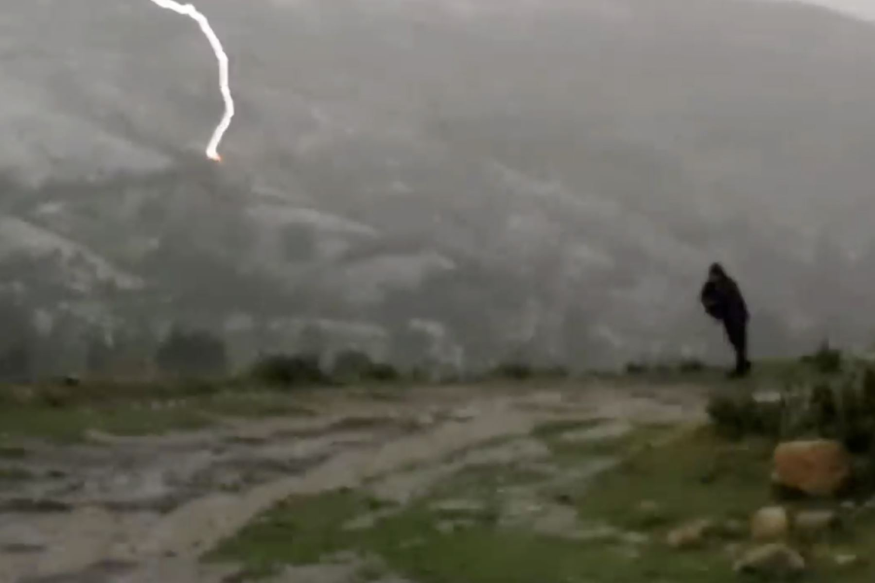 Johan del Castillo, candidato al Congreso por el partido Morado, sobrevive tras la caída de un rayo en el Cusco. Foto: Captura de video