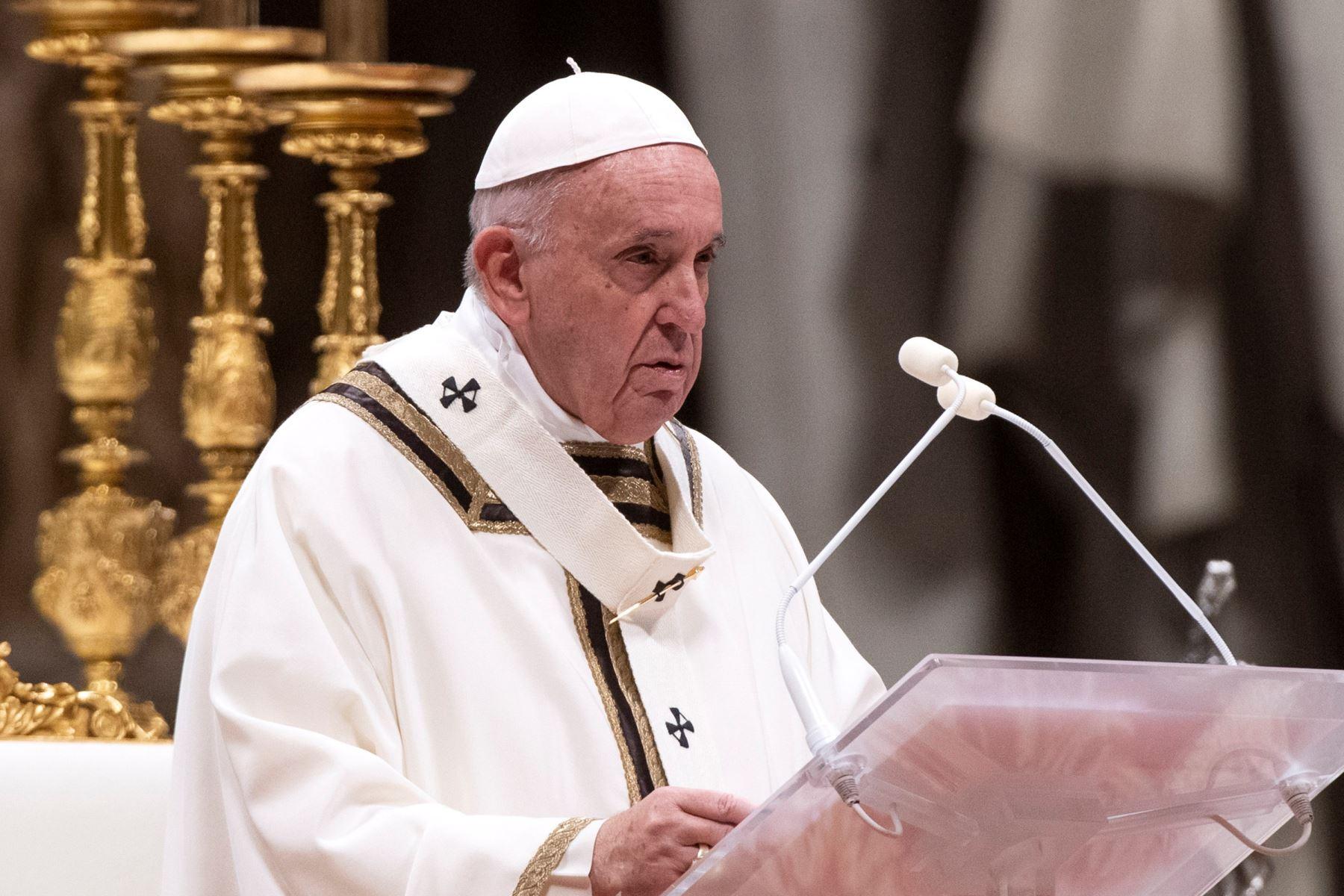 Papa Francisco oficia la misa del gallo en la basílica de San Pedro. Foto: AFP