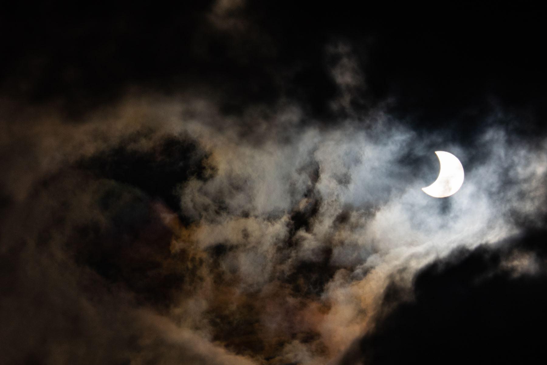 """La luna se mueve frente al sol en un eclipse solar de """"anillo de fuego"""" en Manila el 26 de diciembre de 2019. Foto: AFP"""