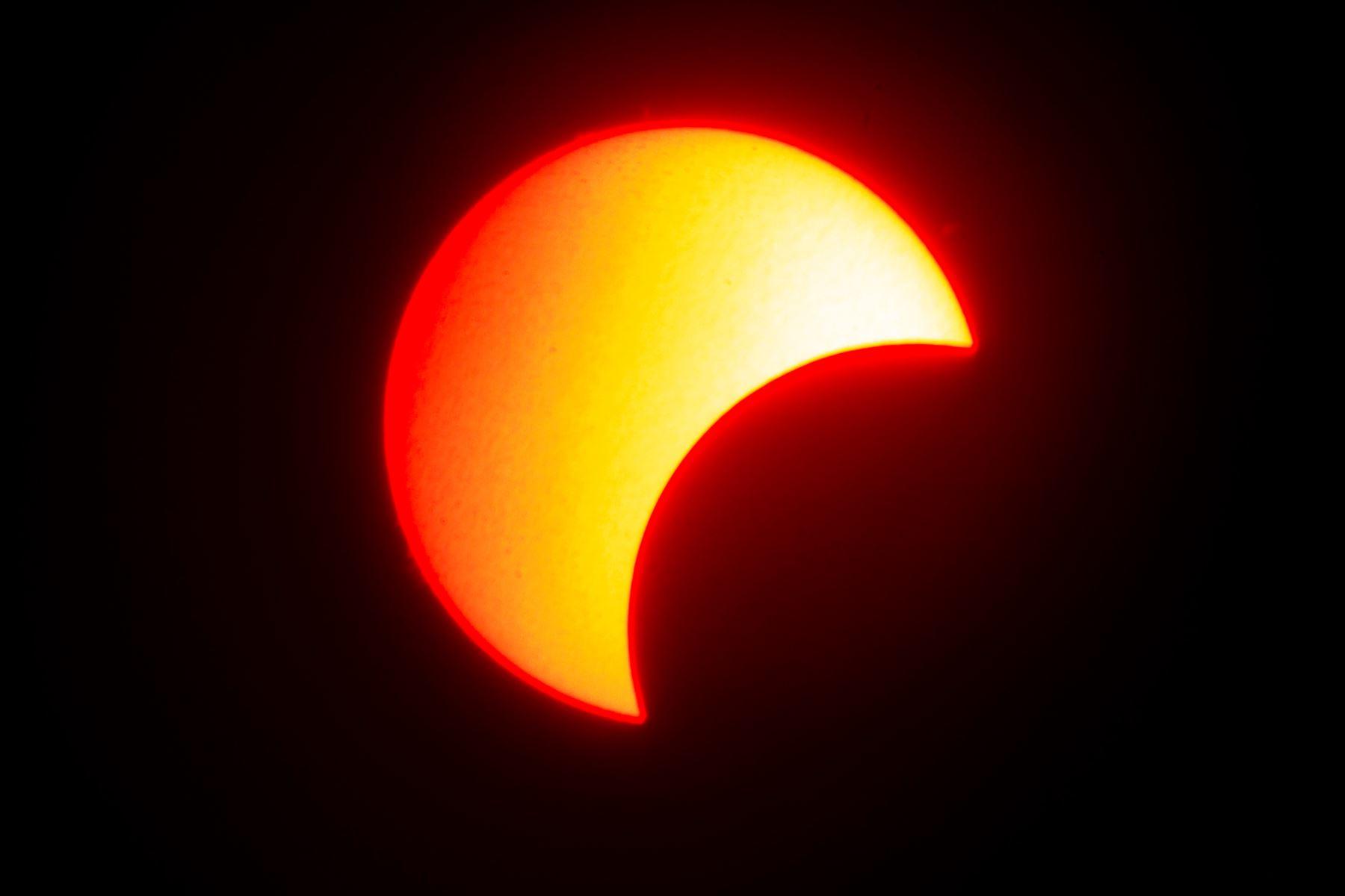 """La superficie del sol se ve cuando la luna se mueve frente a ella en un eclipse solar de """"anillo de fuego"""", como se ve desde Wan Twin en el centro de Myanmar. Foto: AFP"""