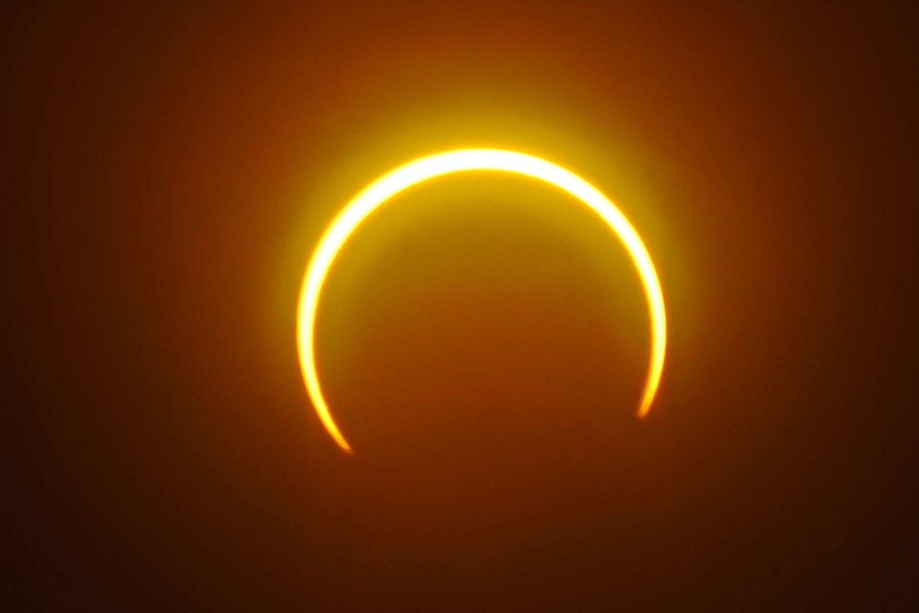 """La luna se mueve frente al sol en un eclipse solar de """"anillo de fuego"""" visto desde la isla Balut. Foto: AFP"""