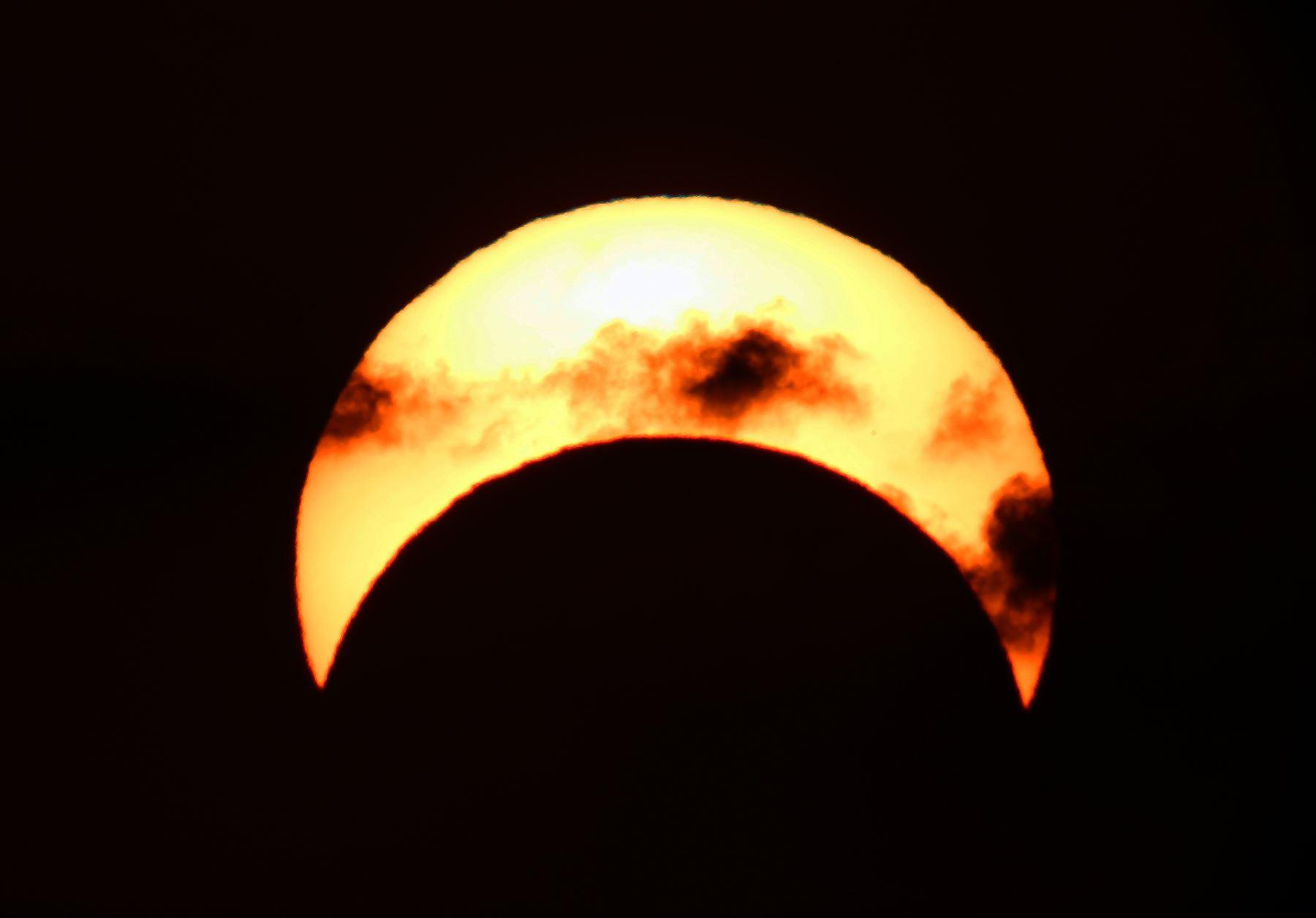 Vista del sol en la ciudad de Kuwait durante el eclipse parcial de sol. Foto: AFP