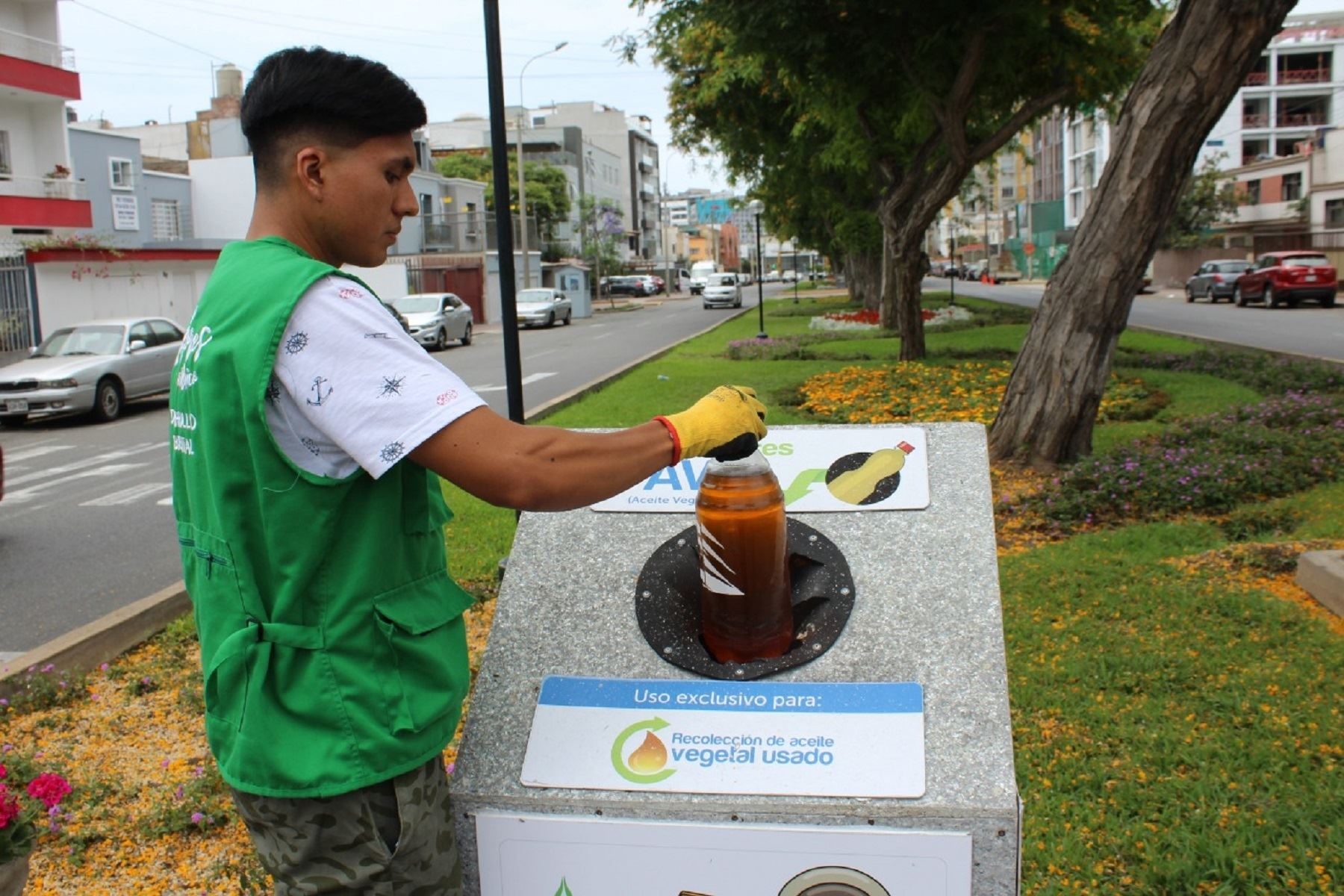 Manejo de residuos de aceite vegetal usado en el municipio de Miraflores. Foto: Difusión.