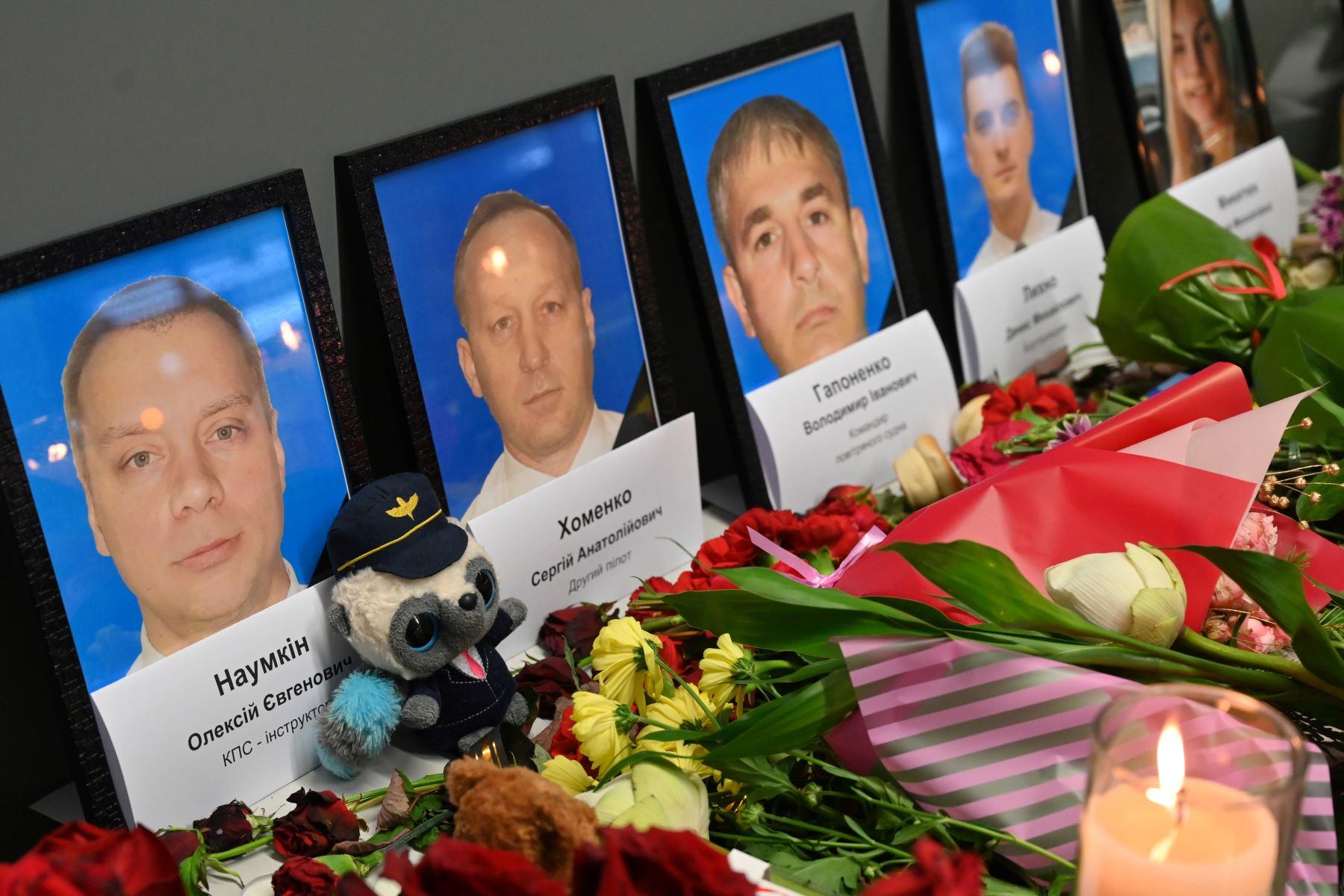 Imágenes de miembros de la tripulación fallecidos exhibidos en un monumento improvisado para las víctimas del Boeing 737-800 de Ukraine International Airlines que se estrelló cerca de la capital iraní, Teherán. Foto: AFP