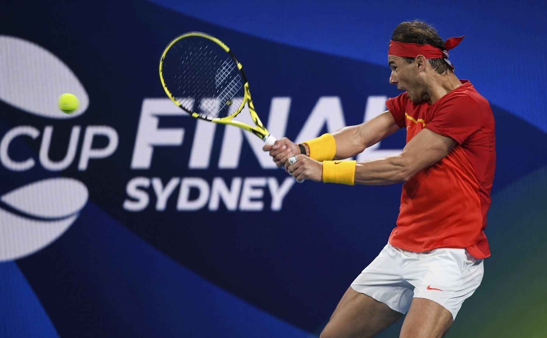 Rafael Nadal, de España, regresa contra Alex de Minaur, de Australia, durante su partido de semifinales de individuales masculinos en el torneo de tenis ATP Cup en Sydney. Foto: AFP
