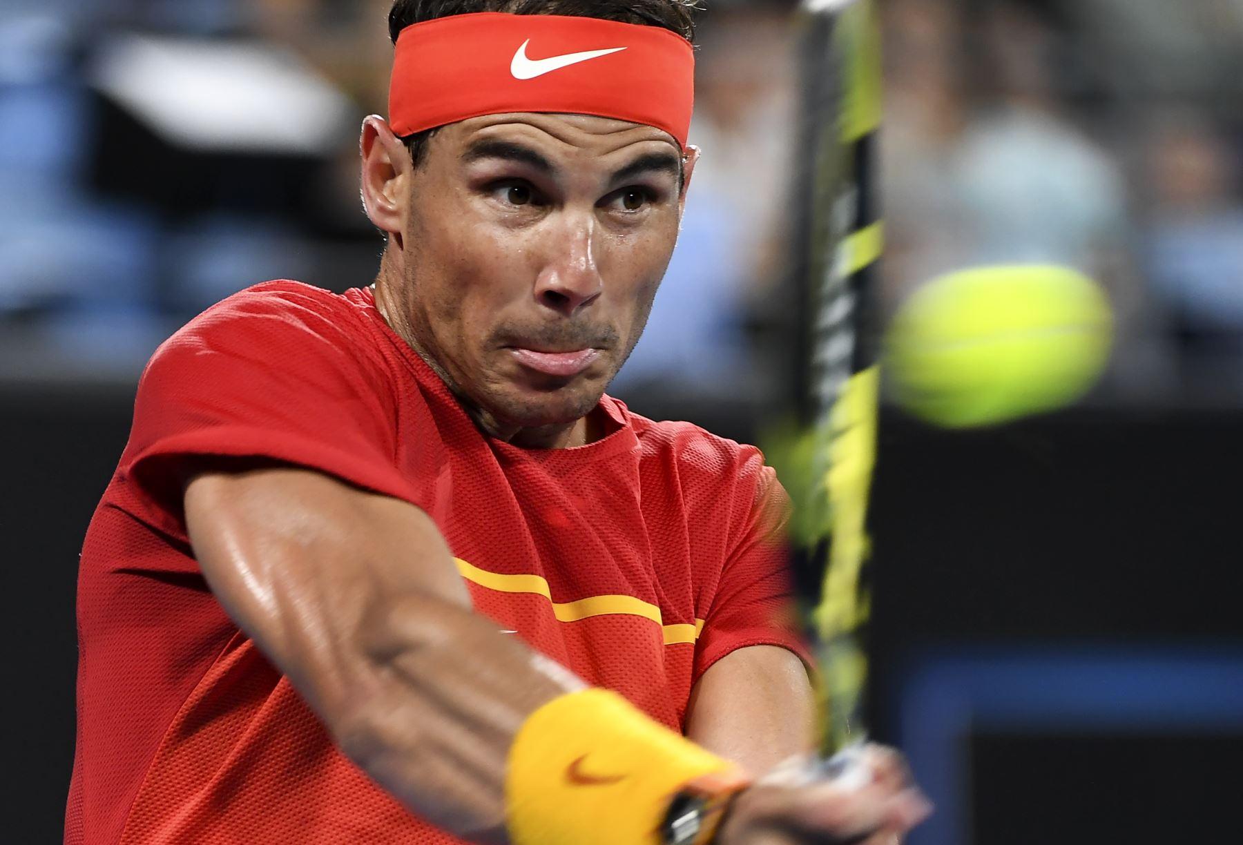 Rafael Nadal, de España, regresa durante su partido individual masculino contra Alex de Minaur, de Australia, en el torneo de tenis ATP Cup en Sydney. Foto: AFP