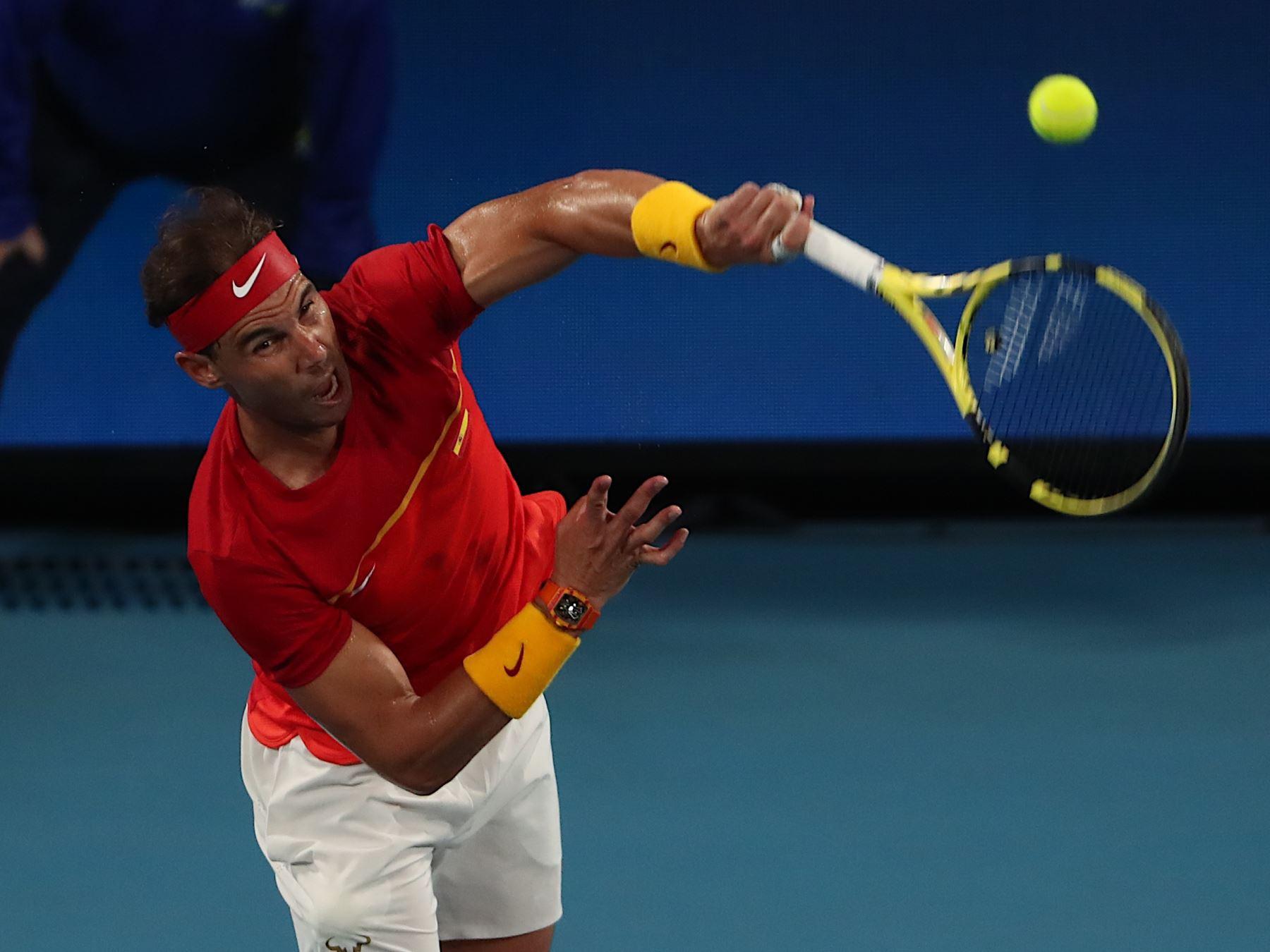Rafael Nadal de España sirve durante su partido individual masculino contra Alex de Minaur de Australia en el torneo de tenis ATP Cup en Sydney. Foto: AFP