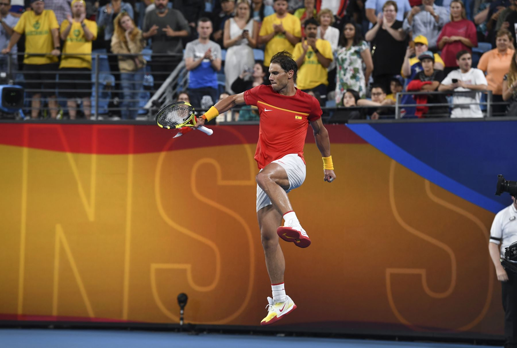 Rafael Nadal de España salta de alegría después de ganar su partido individual masculino contra Alex de Minaur de Australia en el torneo de tenis ATP Cup en Sydney. Foto: AFP